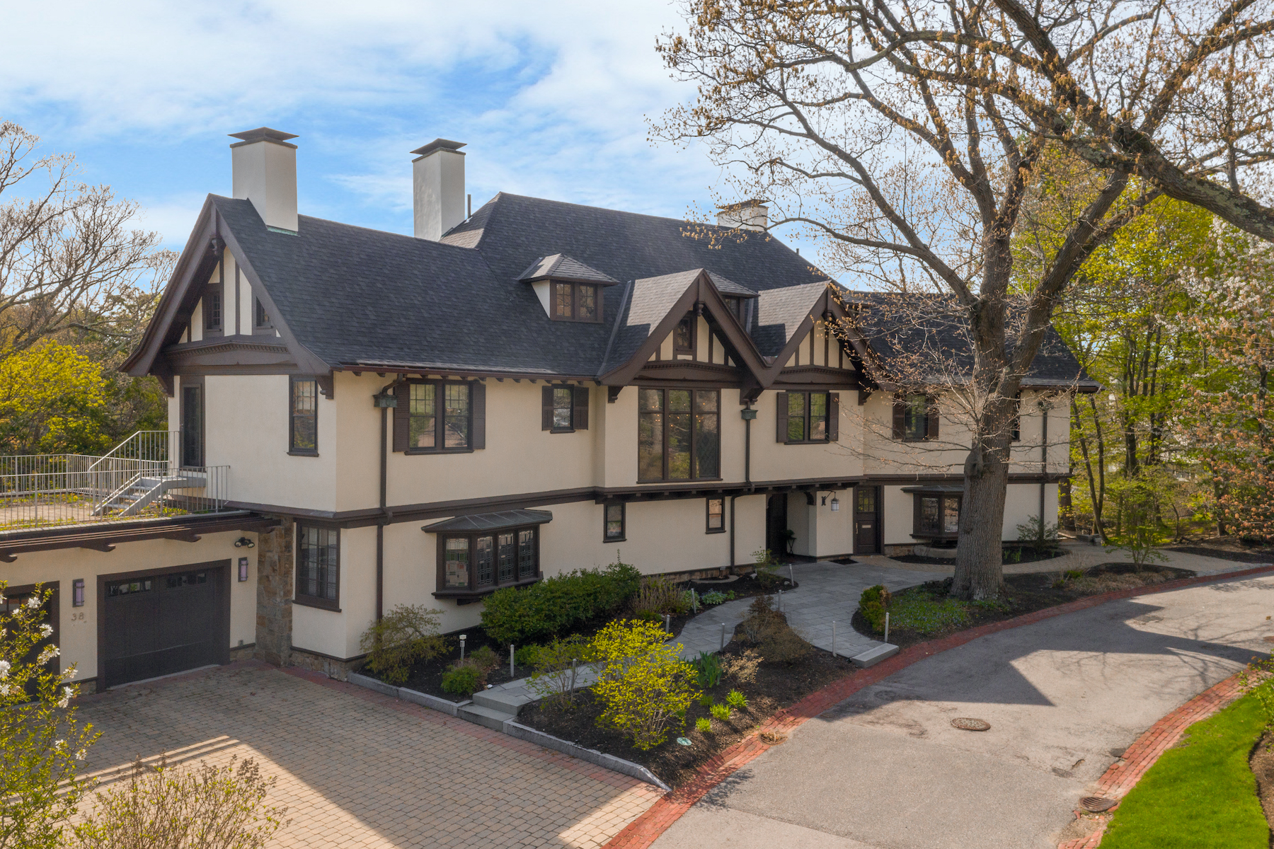 Single Family Homes 为 销售 在 Tudor-Style Home With Harvard Ties 38 Welch Road, 布鲁克莱恩, 马萨诸塞州 02445 美国