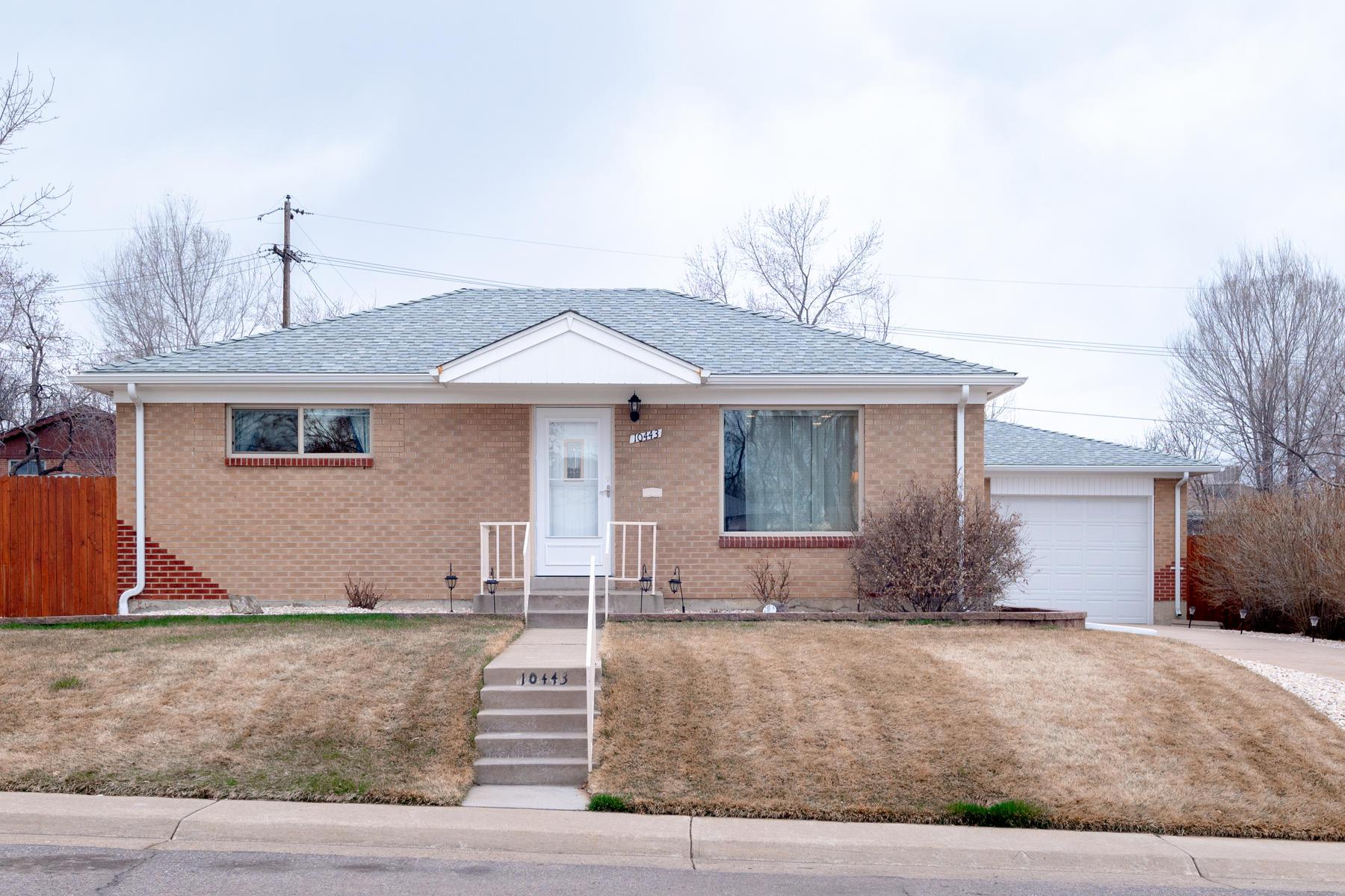 Single Family Homes のために 売買 アット Pride of Ownership Shines Through This Solid Brick Mid-Century Ranch 10443 Washington Way Northglenn, コロラド 80233 アメリカ