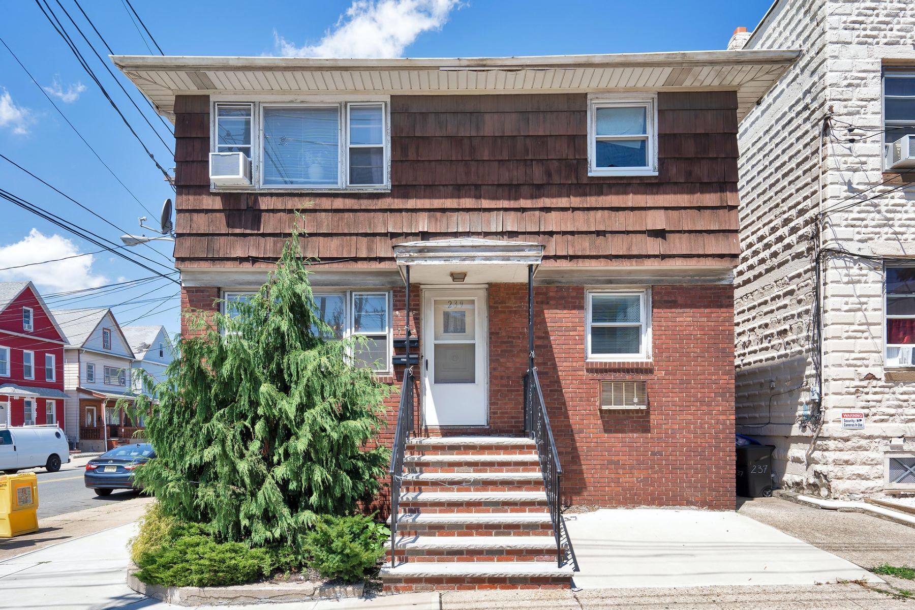 Multi-Family Homes por un Venta en MAXIMIZE YOUR INCOME WITH THIS FANTASTIC MULTI-FAMILY HOME. 239 Atlantic Street Elizabeth, Nueva Jersey 07206 Estados Unidos