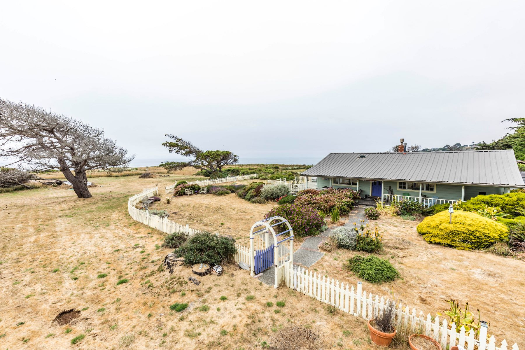 Casa Unifamiliar por un Venta en Cottontail Acres 15550 S. Highway 1 Manchester, California 95459 Estados Unidos