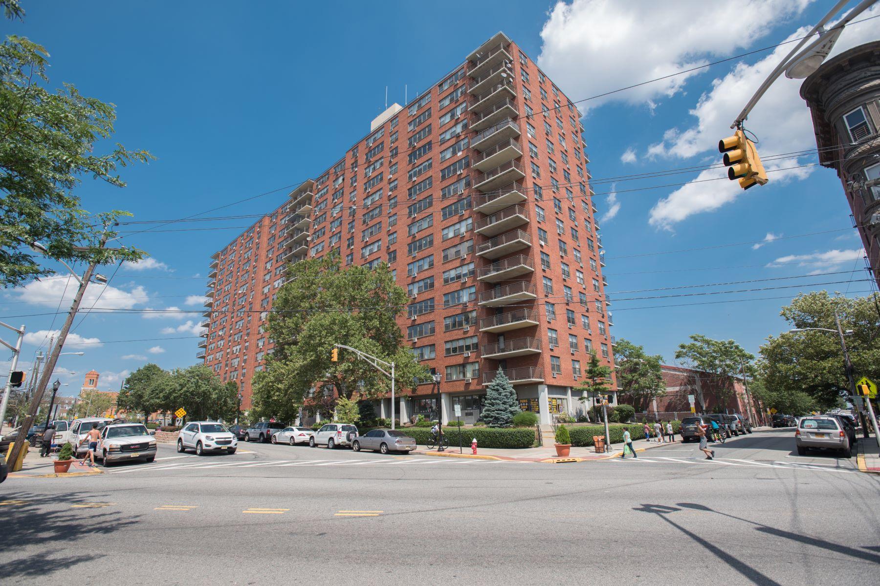 Condominiums por un Venta en Spacious 877sf 1 Bedroom/ 1 Bath unit 500 Central Ave #811 Union City, Nueva Jersey 07087 Estados Unidos