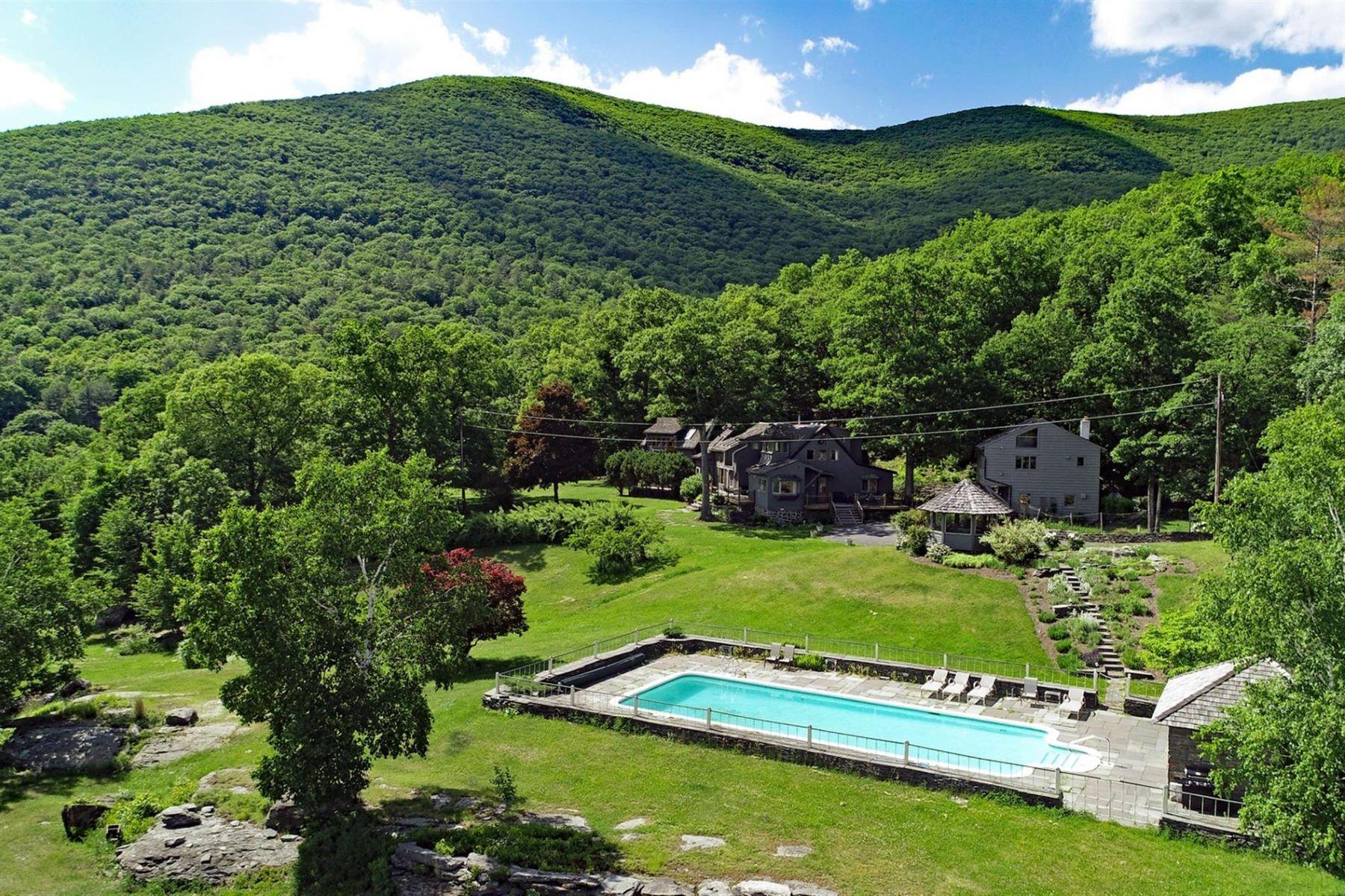Maison unifamiliale pour l Vente à Woodstock Hidden Jewel 41 Falls Crossing Woodstock, New York 12448 États-Unis