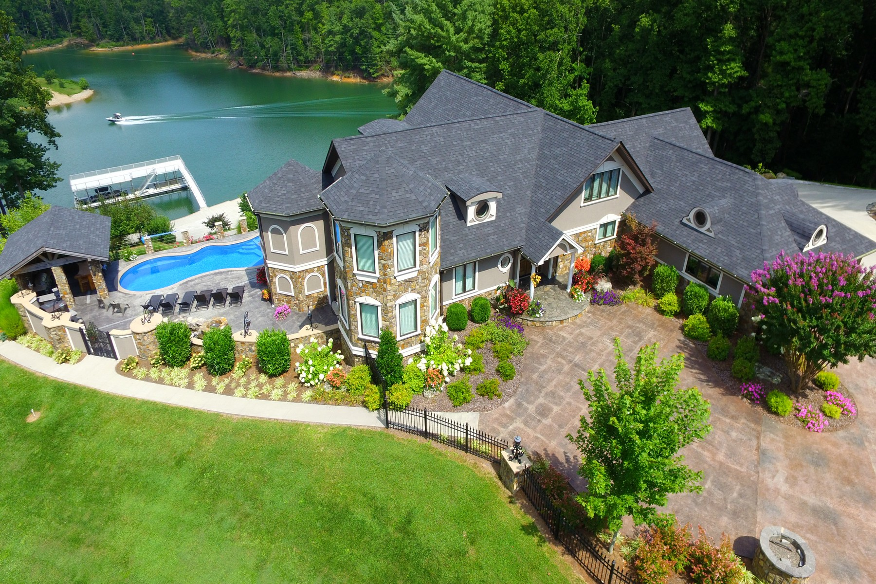 Casa Unifamiliar por un Venta en Spectacular Waterfront Estate 381 Big Oak Drive Butler, Tennessee 37640 Estados Unidos