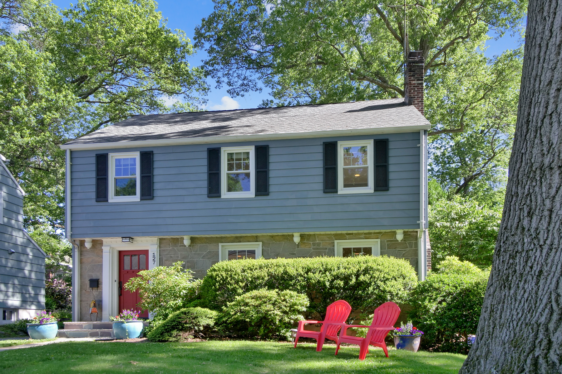 Single Family Homes 为 销售 在 Picturesque Montclair Colonial 127 Westview Road, 蒙特克莱尔, 新泽西州 07043 美国