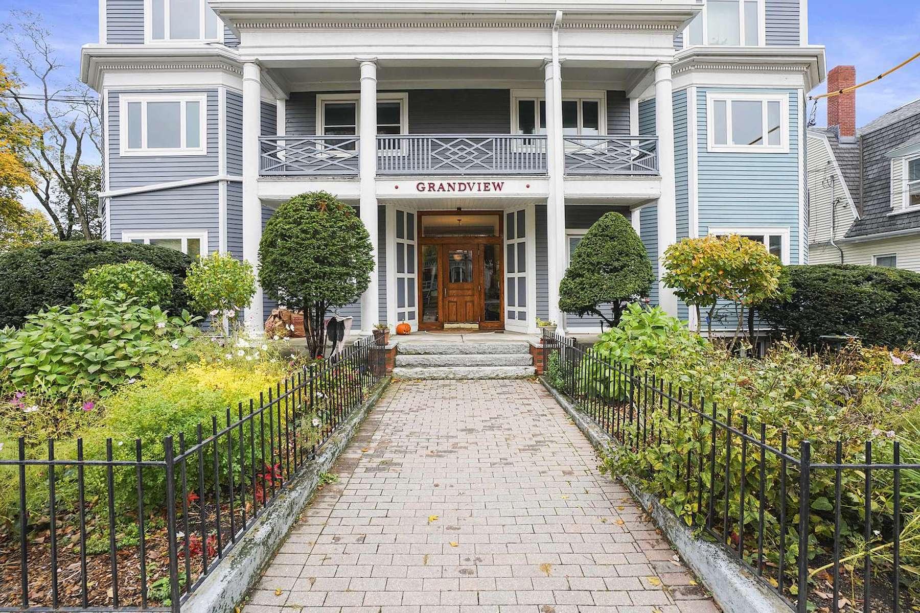 Condominiums 为 销售 在 82 Munroe Street PH1 82 Munroe St PH 1 Somerville, 马萨诸塞州 02143 美国