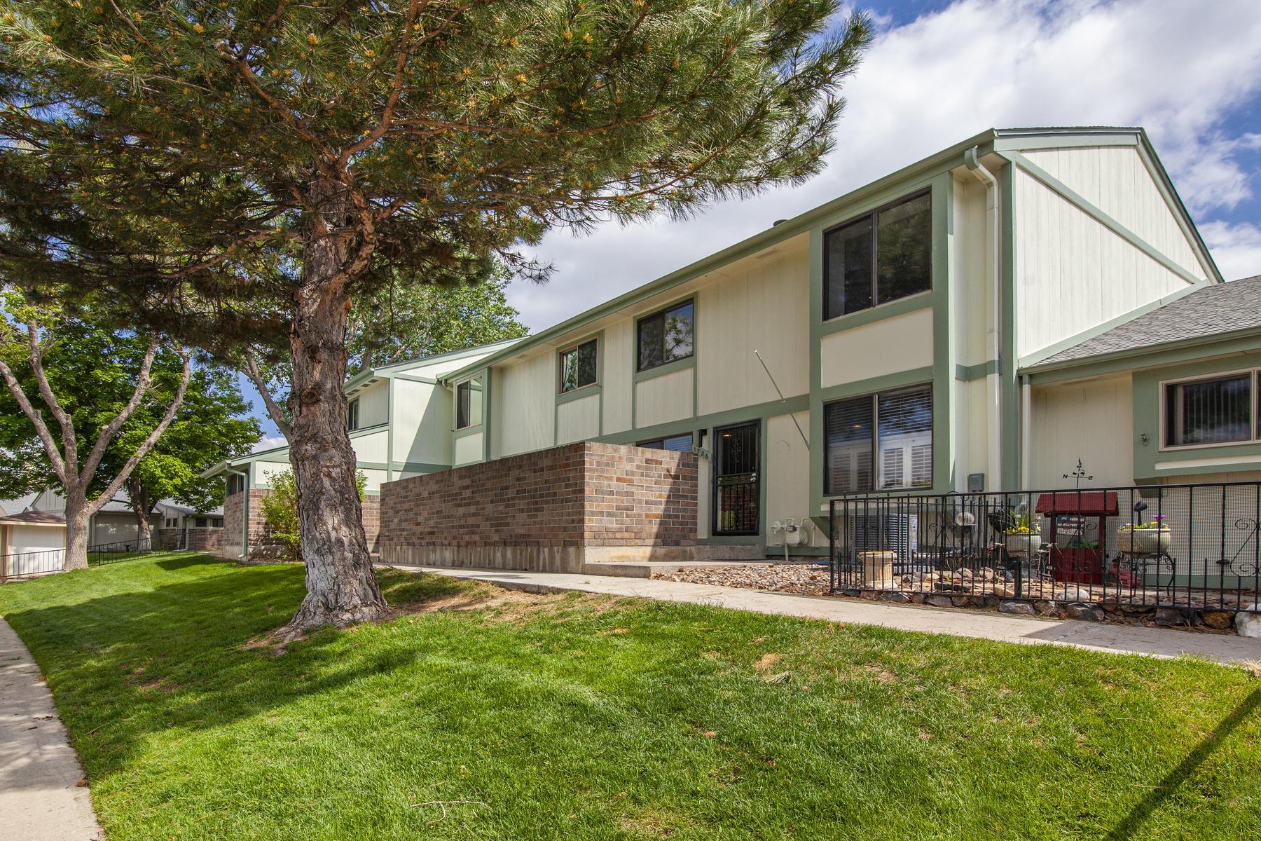 townhouses для того Продажа на Two Story Townhome in Great Location 1726 W 102nd Avenue, Thornton, Колорадо 80260 Соединенные Штаты