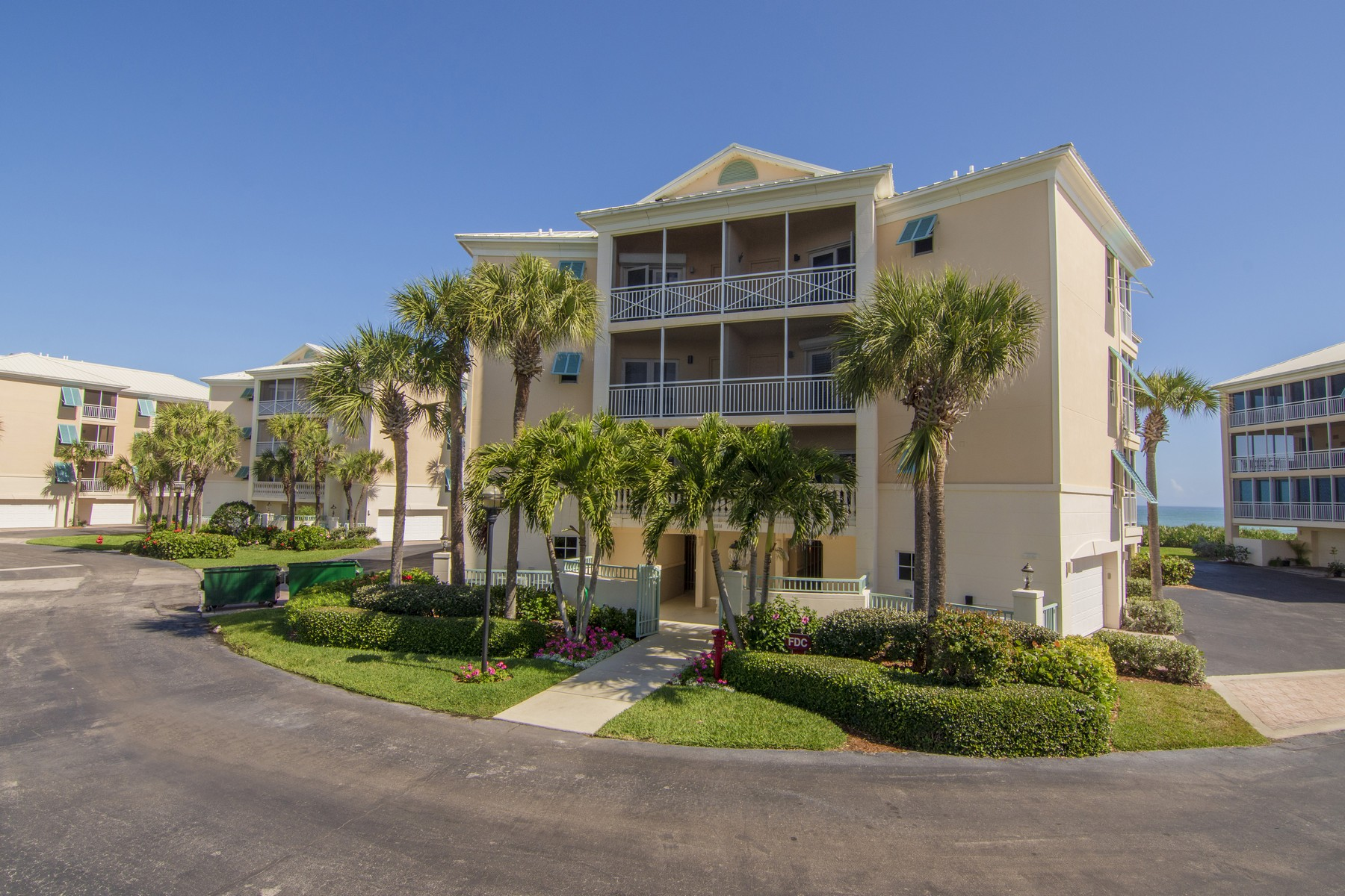 Condominiums para Venda às Sea Oaks Beach Villa 8814 S Sea Oaks Way Unit 304 Vero Beach, Florida 32963 Estados Unidos