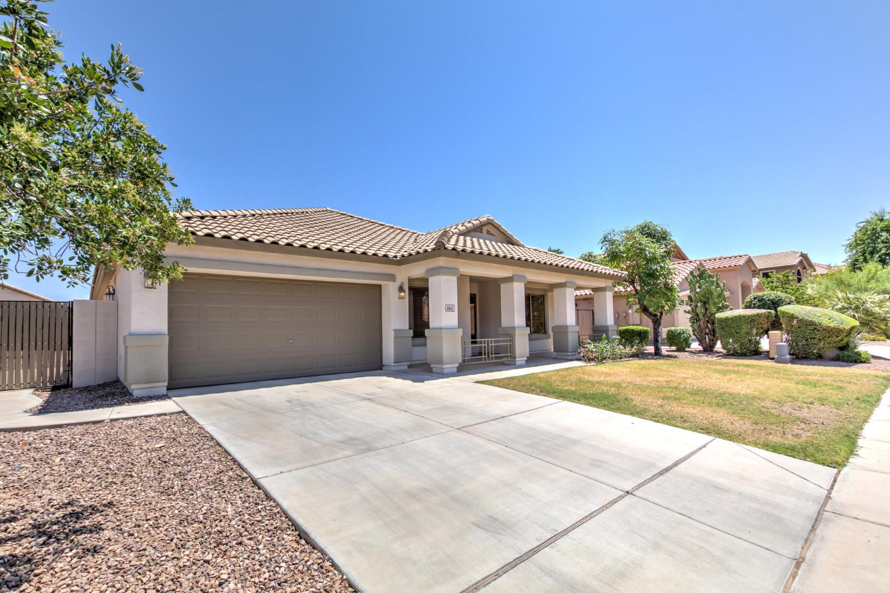 Casa Unifamiliar por un Venta en Beautiful 4 bedroom single level home in the East Valley 4612 E Desert Sands Dr Chandler, Arizona 85249 Estados Unidos
