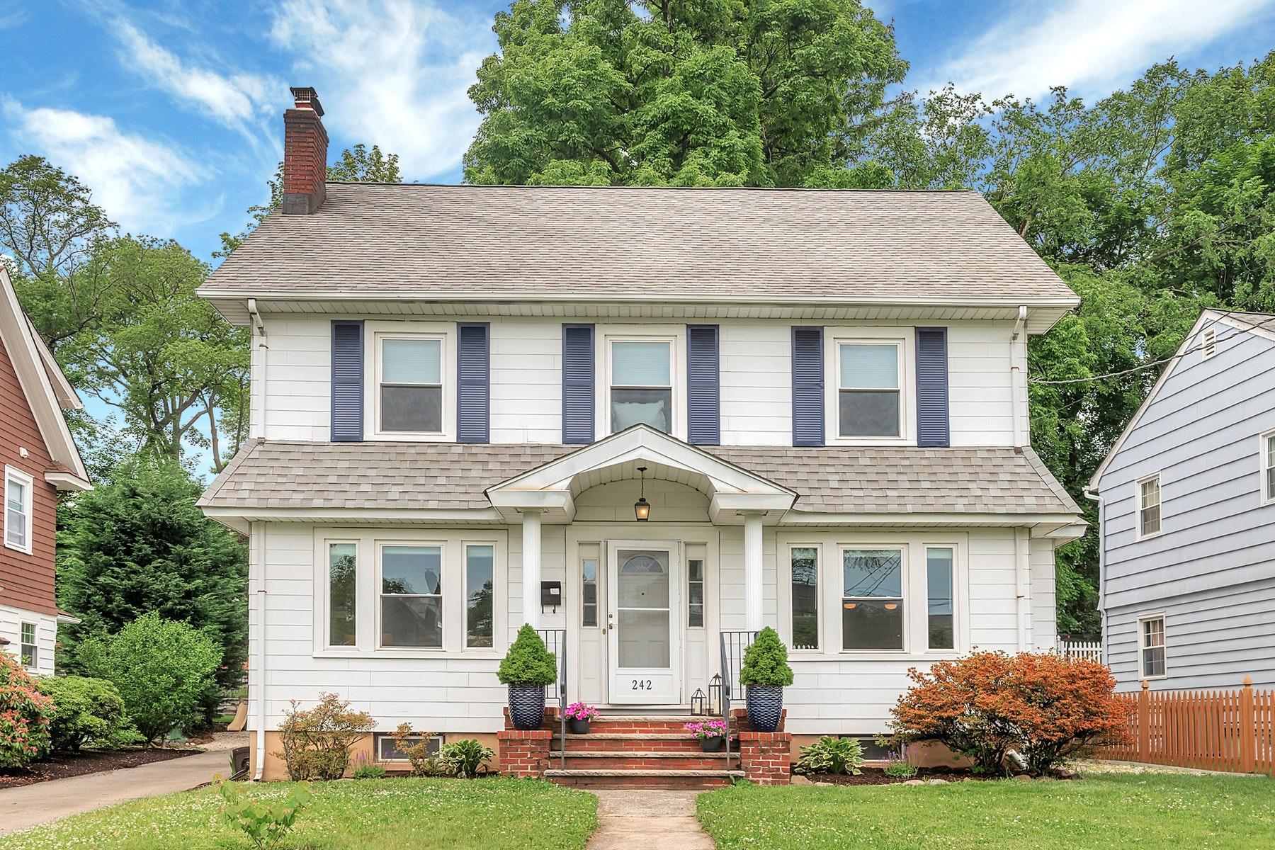 Single Family Homes 为 销售 在 Sunny, Center Hall Colonial 242 Grove Street, 蒙特克莱尔, 新泽西州 07042 美国