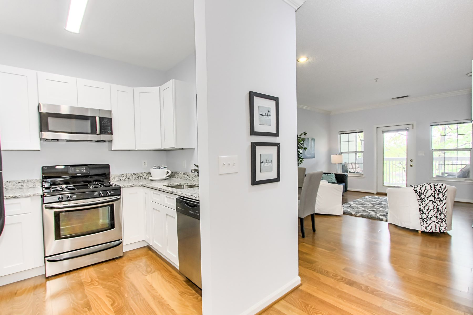 Appartement en copropriété pour l Vente à 1720 Lake Shore Crest Drive 24, Reston 1720 Lake Shore Crest Dr 24 Reston, Virginia 20190 États-Unis