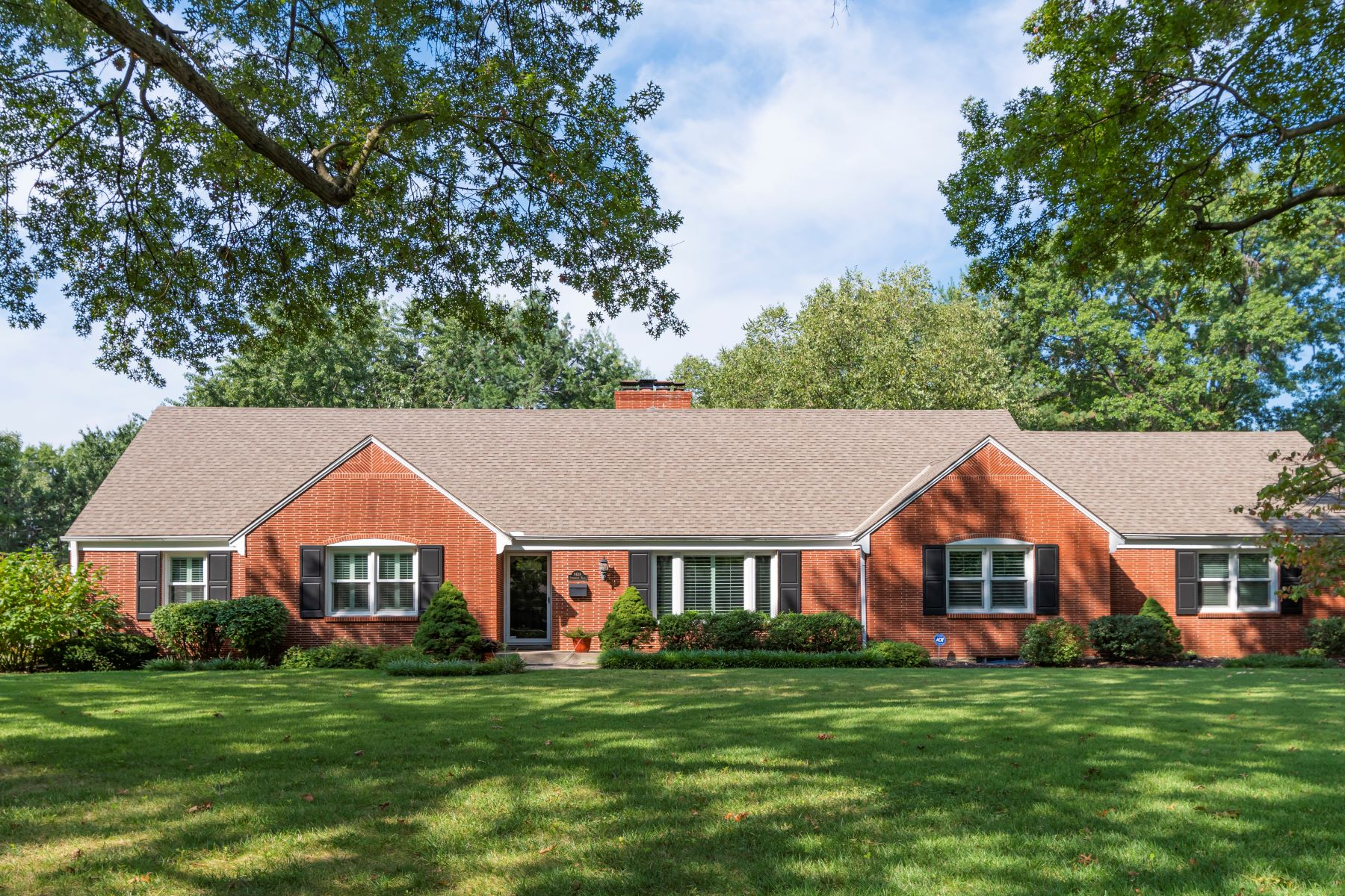 Single Family Homes for Active at At the end of a quiet cul-de-sac, this location is unmatched! 9618 Overbrook Road Leawood, Kansas 66208 United States