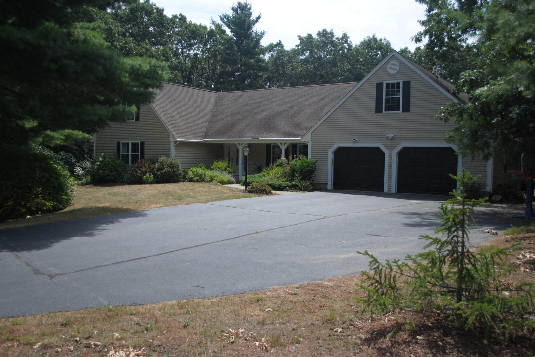 Single Family Homes por un Venta en Expansive Cape 385 Oakland Parkway Franklin, Massachusetts 02038 Estados Unidos