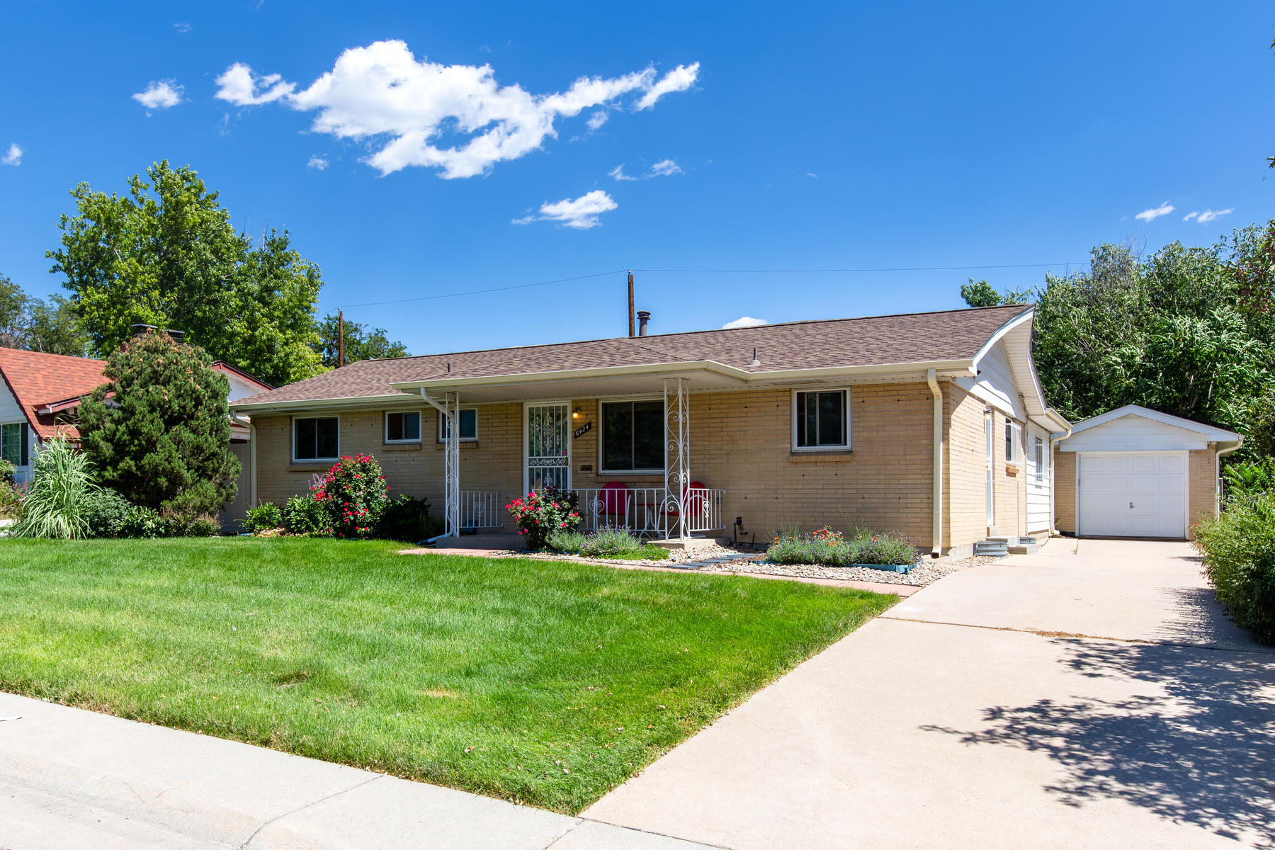 Single Family Homes 용 매매 에 Absolute Pride of Ownership in Every Aspect of This Beautiful Home. 6424 Newland Street, Arvada, 콜로라도 80003 미국