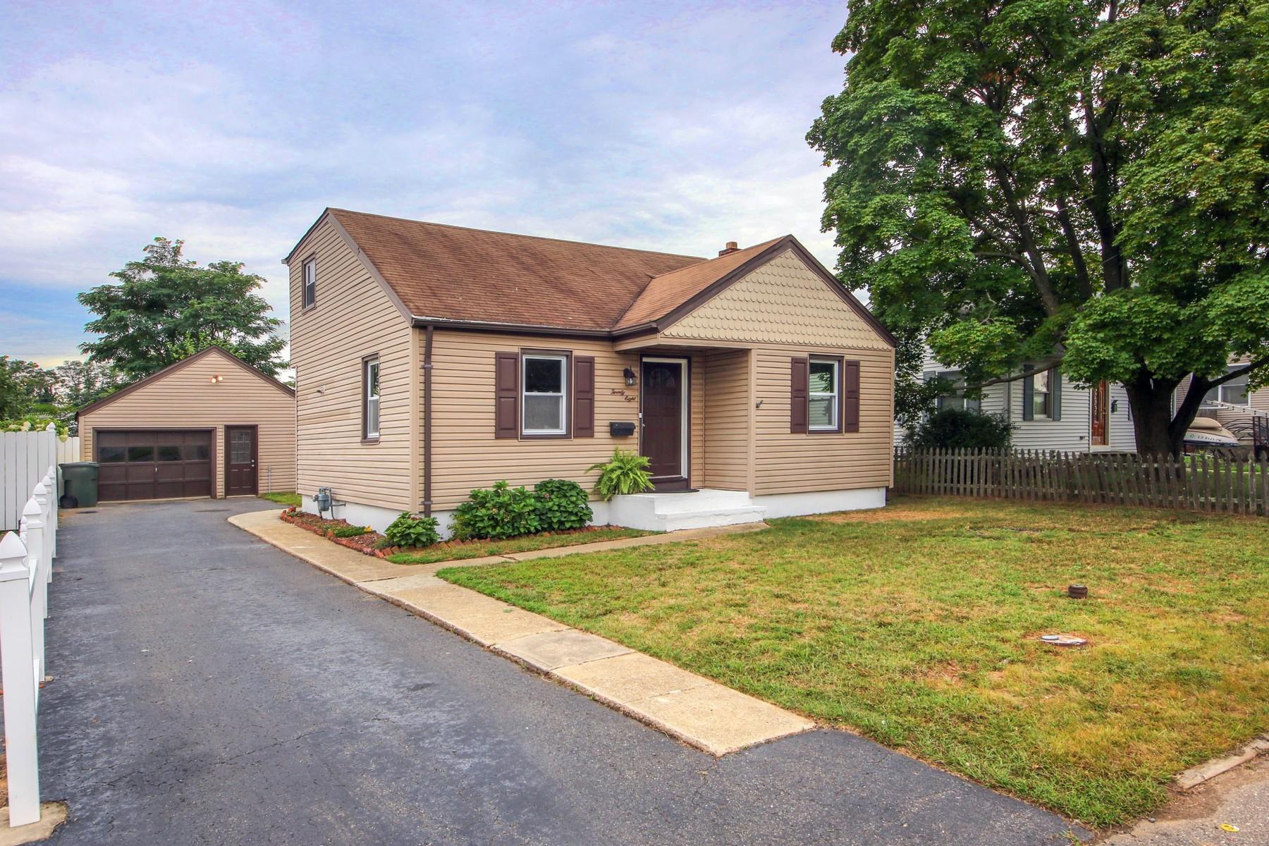 Single Family Homes por un Venta en 28 Carmen St, Hazlet 28 Carmen St. Hazlet, Nueva Jersey 07734 Estados Unidos
