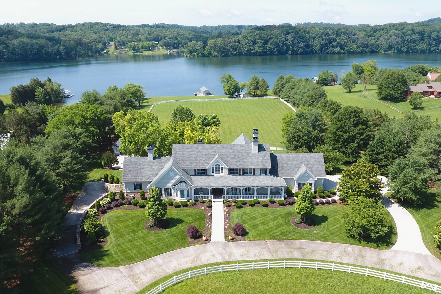 Maison unifamiliale pour l Vente à The Perfect Home For The Affluent Buyer 22000 Beals Chapel Road Lenoir City, Tennessee 37772 États-Unis