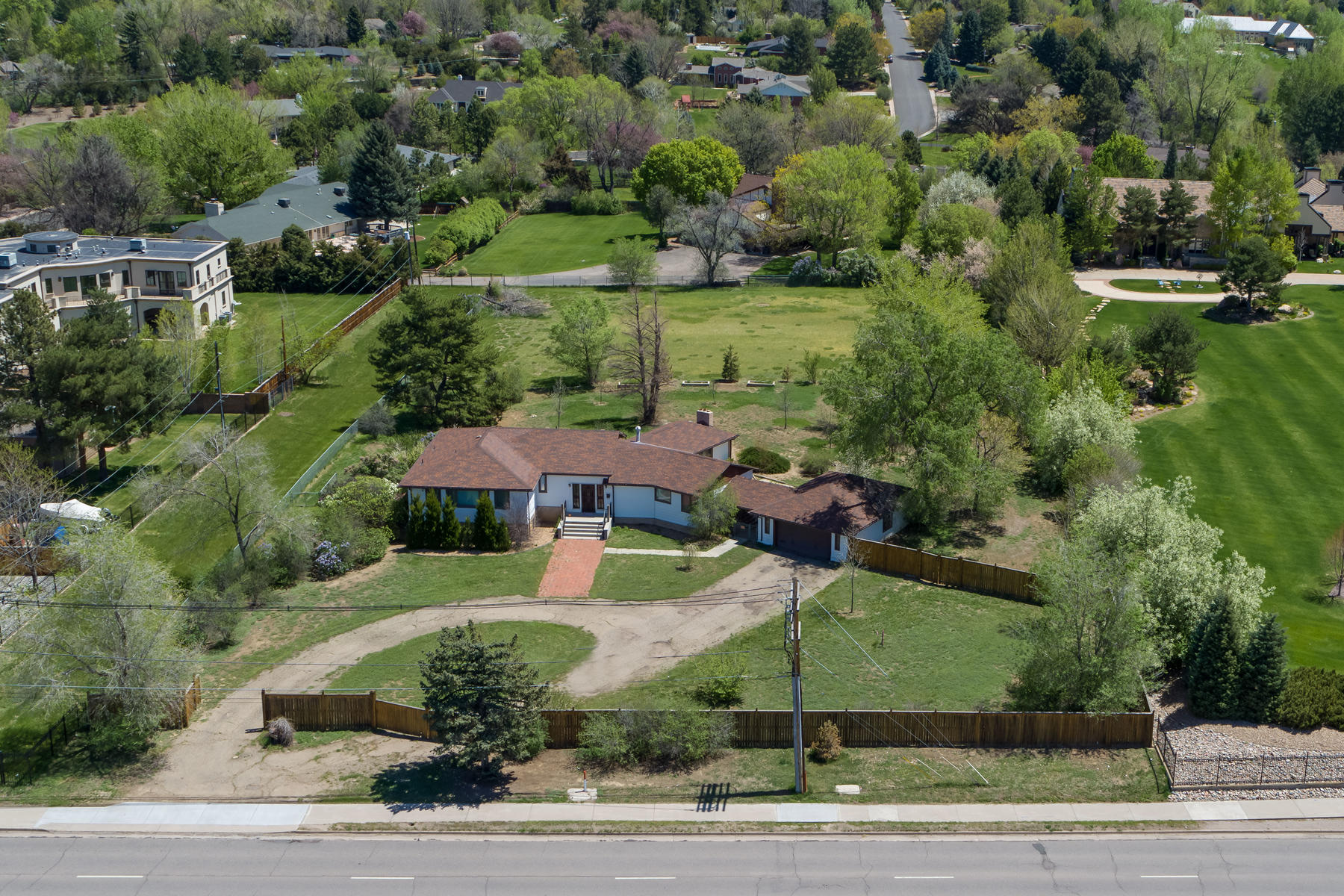 Single Family Homes para Venda às Undeniably some of the most spectacular panoramic Rocky Mountain & sunset views! 4650 S University Blvd, Englewood, Colorado 80113 Estados Unidos