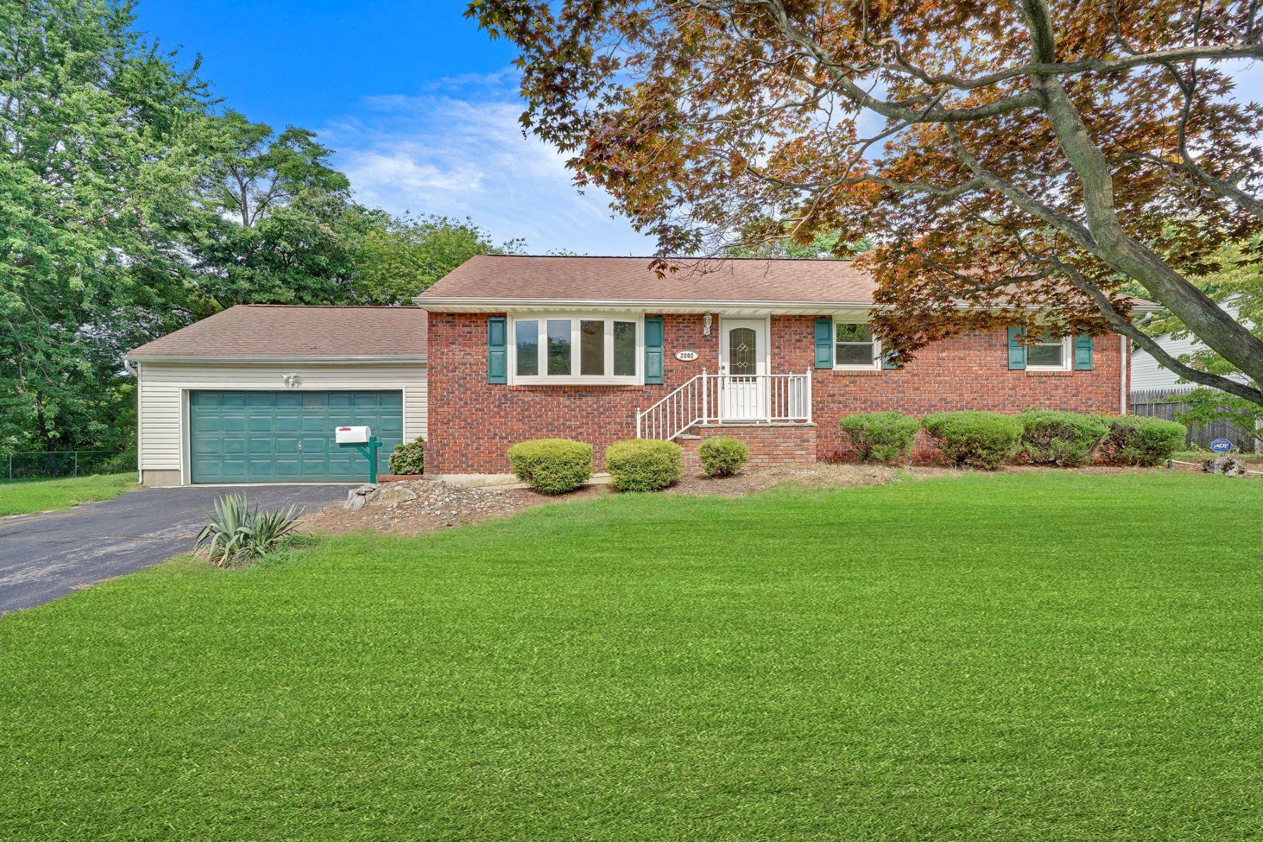 Single Family Homes por un Venta en Hazlet Ranch 2092 Florence Avenue Hazlet, Nueva Jersey 07730 Estados Unidos