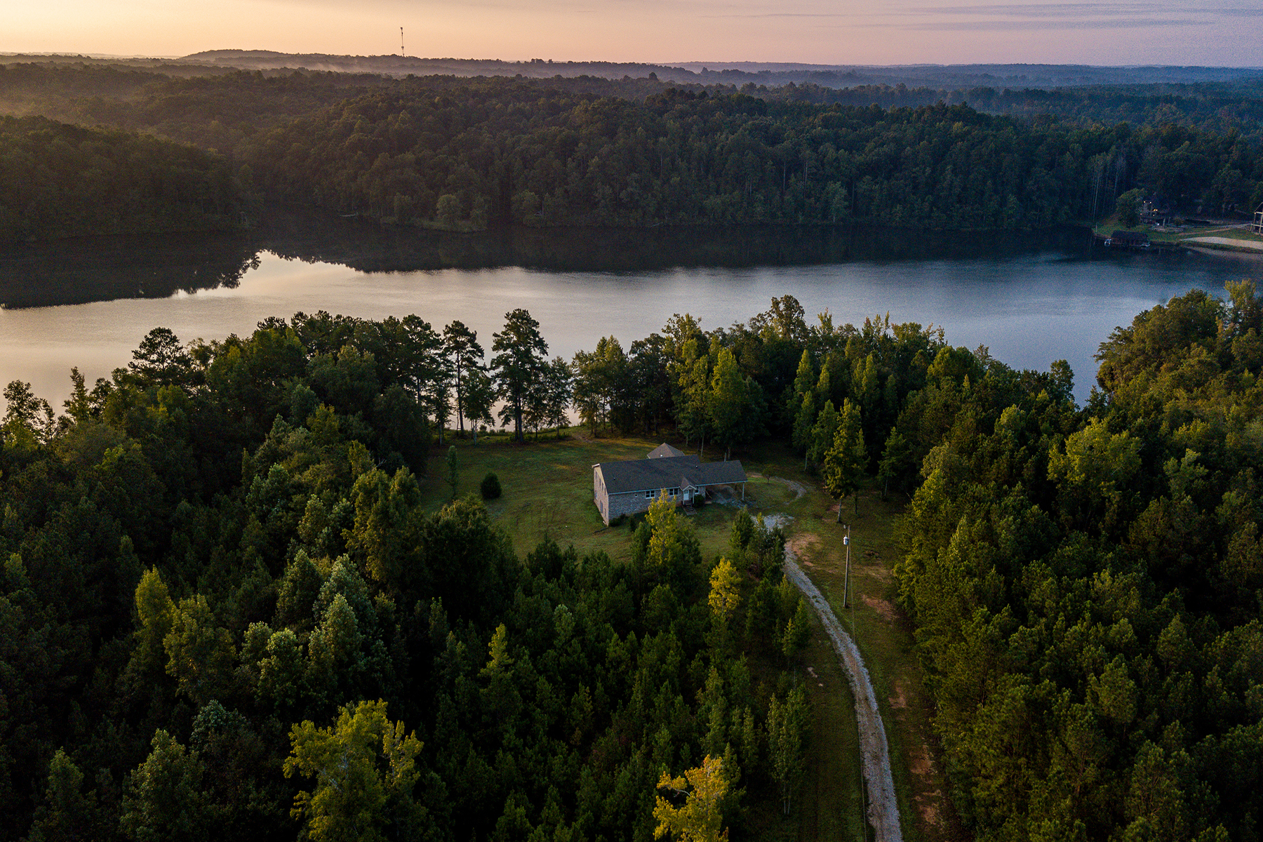 Additional photo for property listing at Luxury Estate Perched On a Shimmering Lake Surrounded By Peaceful Tranquility! 3200 Rockmart Road Rockmart, Georgië 30153 Verenigde Staten