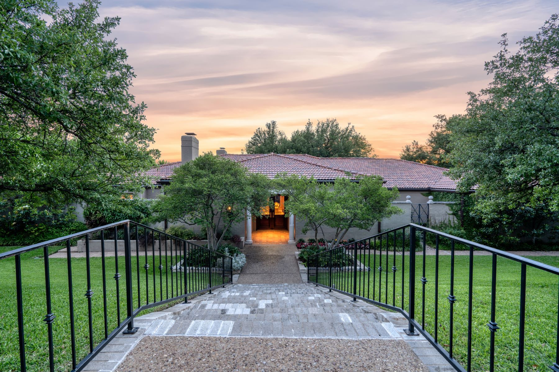 Single Family Homes por un Venta en Fantastic One Story Masterpiece in the Heart of Westover Hills 2208 Canterbury Drive, Westover Hills, Texas 76107 Estados Unidos