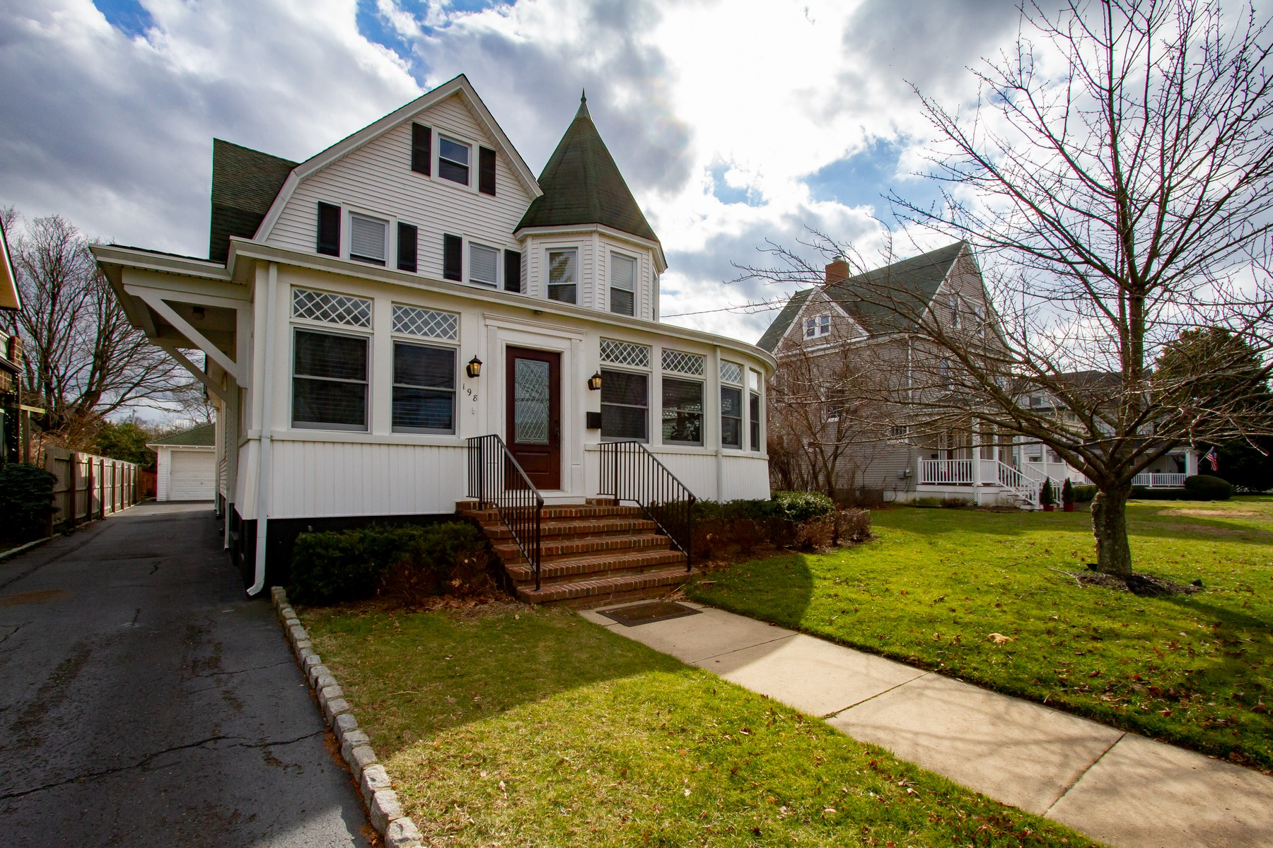 Single Family Homes per Vendita alle ore Red Bank Charm 198 River Road, Red Bank, New Jersey 07701 Stati Uniti