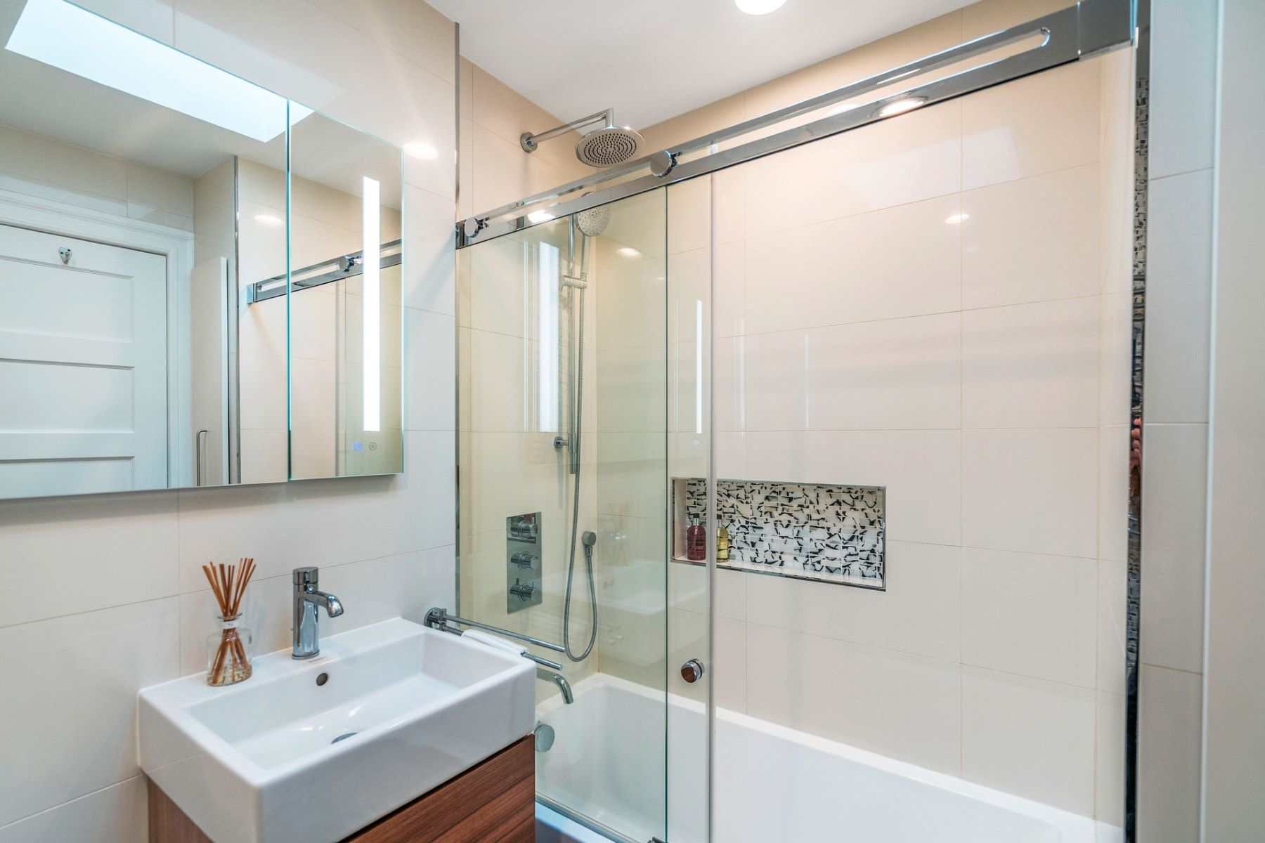 Additional photo for property listing at Lovingly updated for modern day living 6101 Highland Pl, 西纽约, 新泽西州 07093 美国