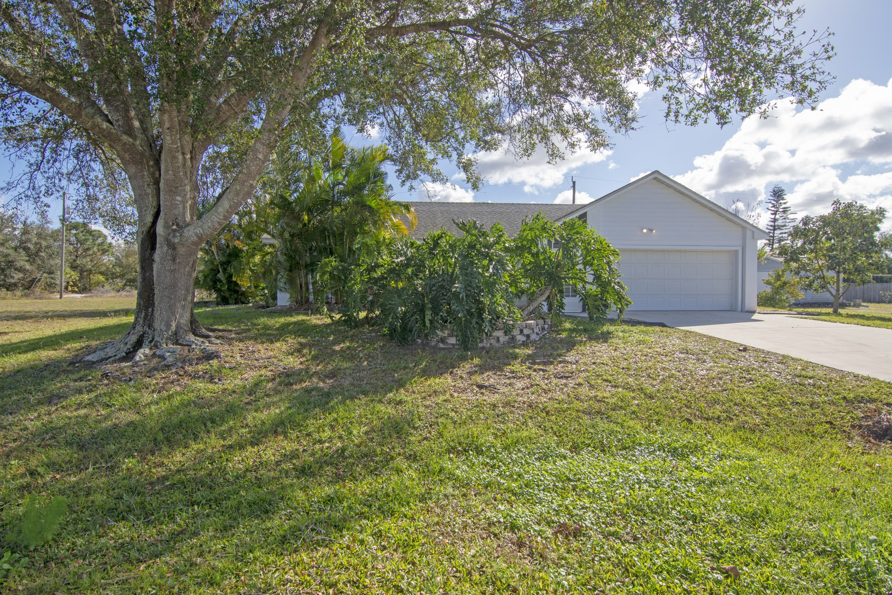 Single Family Home for Sale at Beautifully Updated Pool Home. 412 SW Fields Avenue Port St. Lucie, Florida 34953 United States