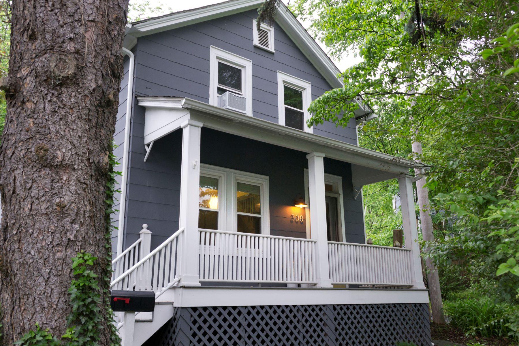 Casa Unifamiliar por un Venta en Picture Perfect Village Colonial - Sale Pending 308 North Highland Avenue Nyack, Nueva York 10960 Estados Unidos
