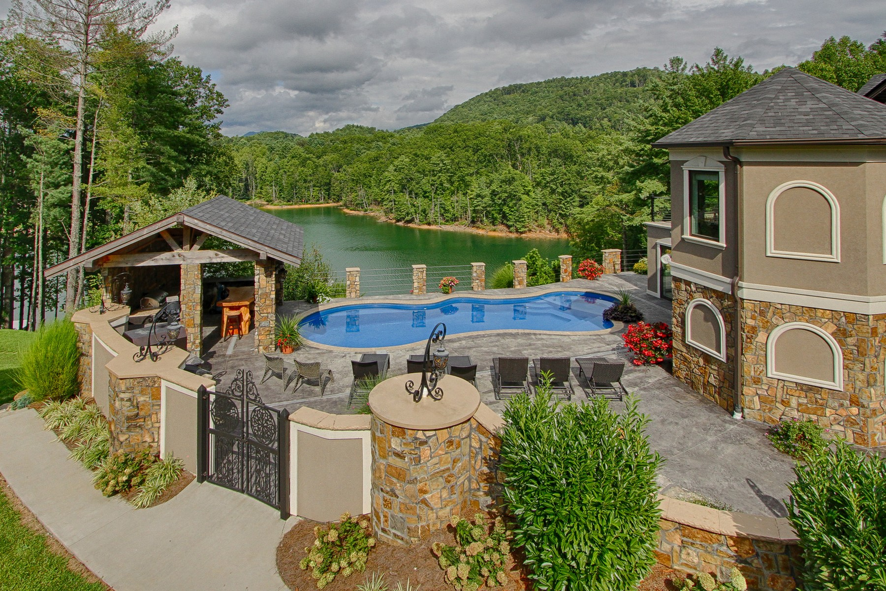 Additional photo for property listing at Spectacular Waterfront Estate 381 Big Oak Drive Butler, Tennessee 37640 États-Unis