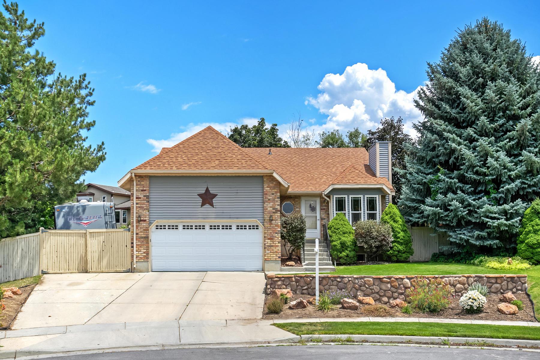 Maison unifamiliale pour l Vente à Great Sandy Area Home 10685 S Superior Cir Sandy, Utah, 84084 États-Unis