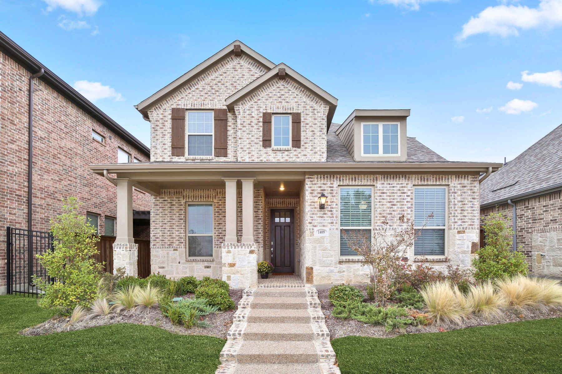 Single Family Homes for Sale at Like New! 1409 Birds Fort Trail Arlington, Texas 76005 United States
