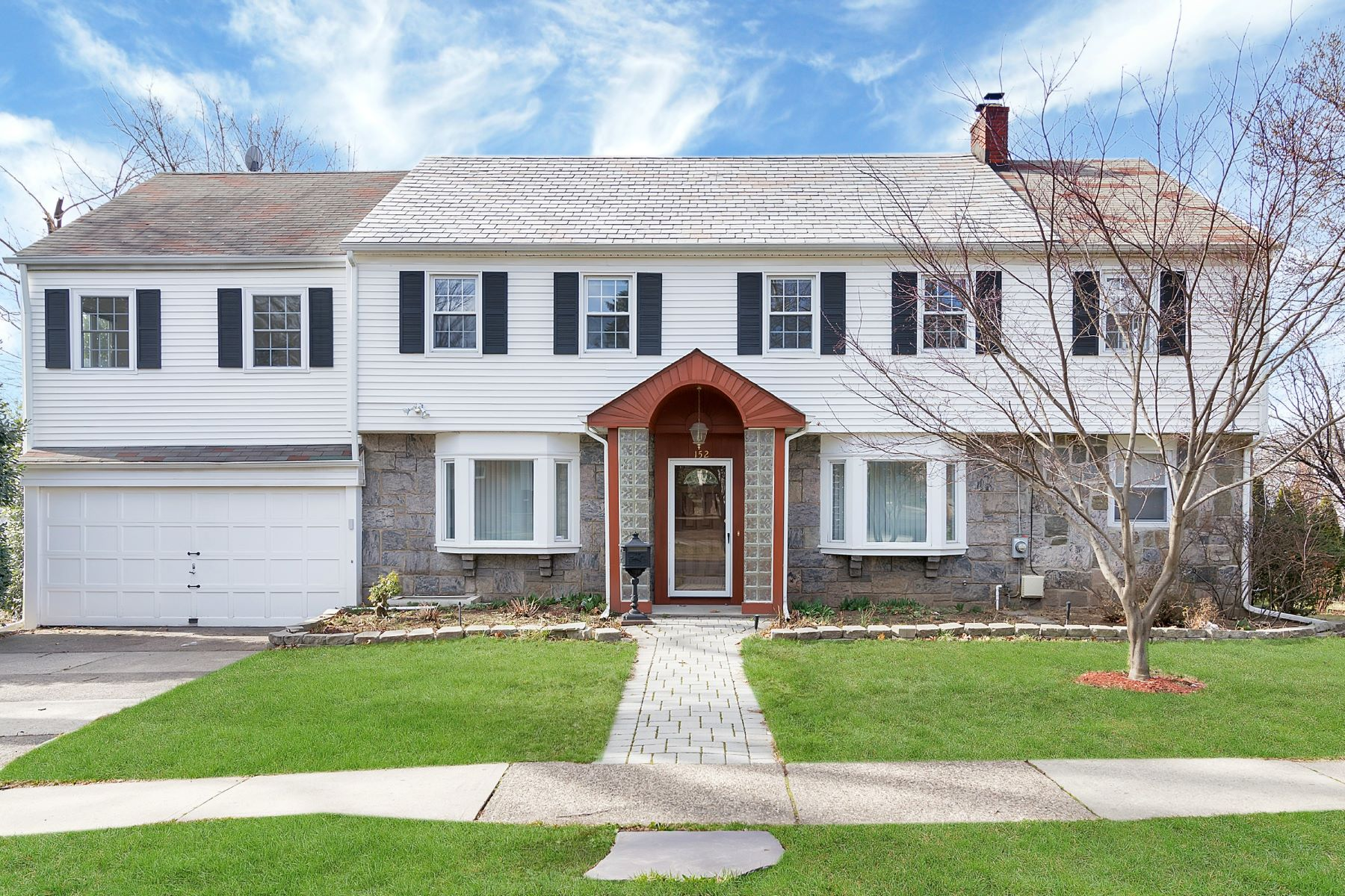 独户住宅 为 销售 在 Welcome Home! 152 Grayson Place 蒂内克市, 新泽西州 07666 美国