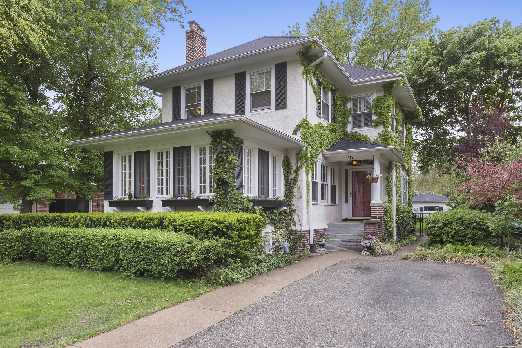 Nhà ở một gia đình vì Bán tại Gracious Old World Home 1317 Jenks Street Evanston, Illinois, 60201 Hoa Kỳ