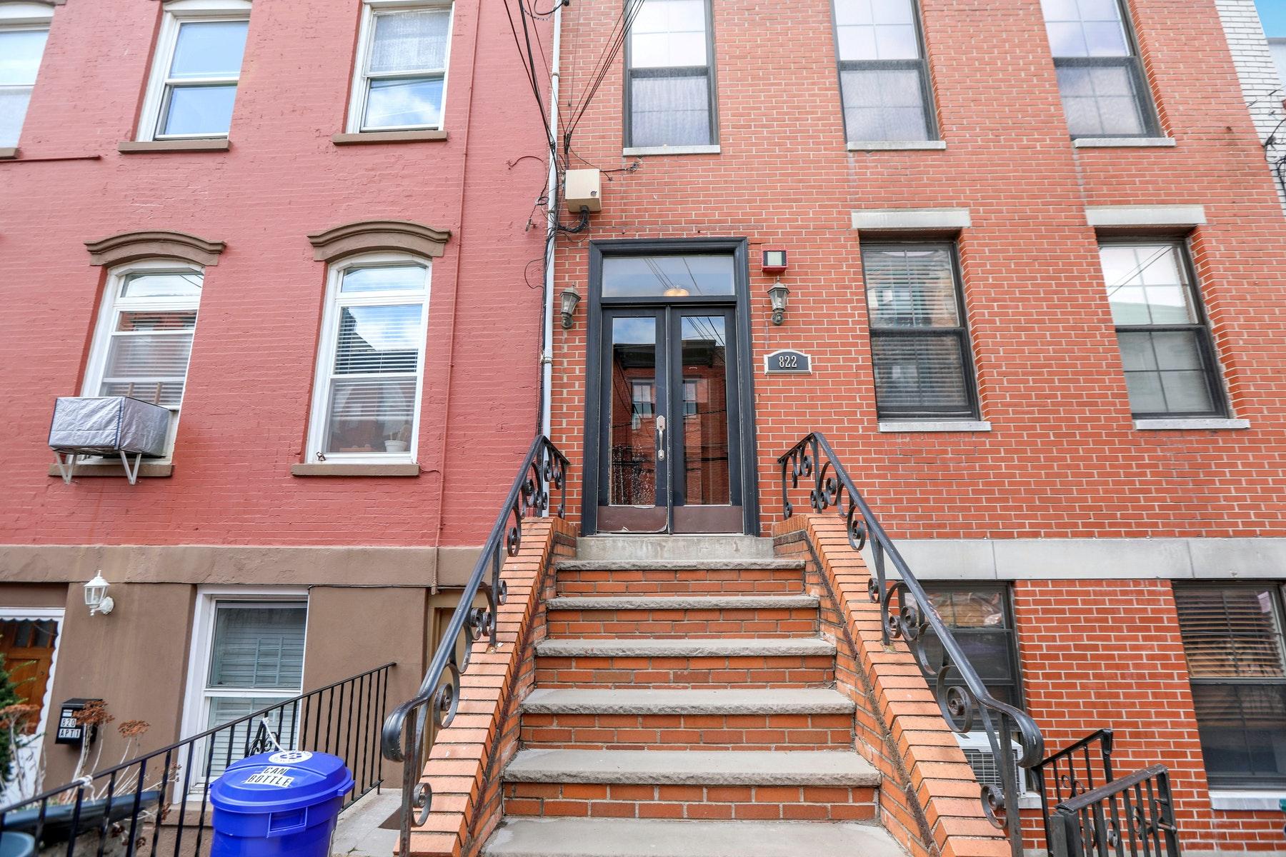 Single Family Homes 为 销售 在 Mid-town Hoboken One Bedroom 822 Garden Street 3, 霍博肯, 新泽西州 07030 美国