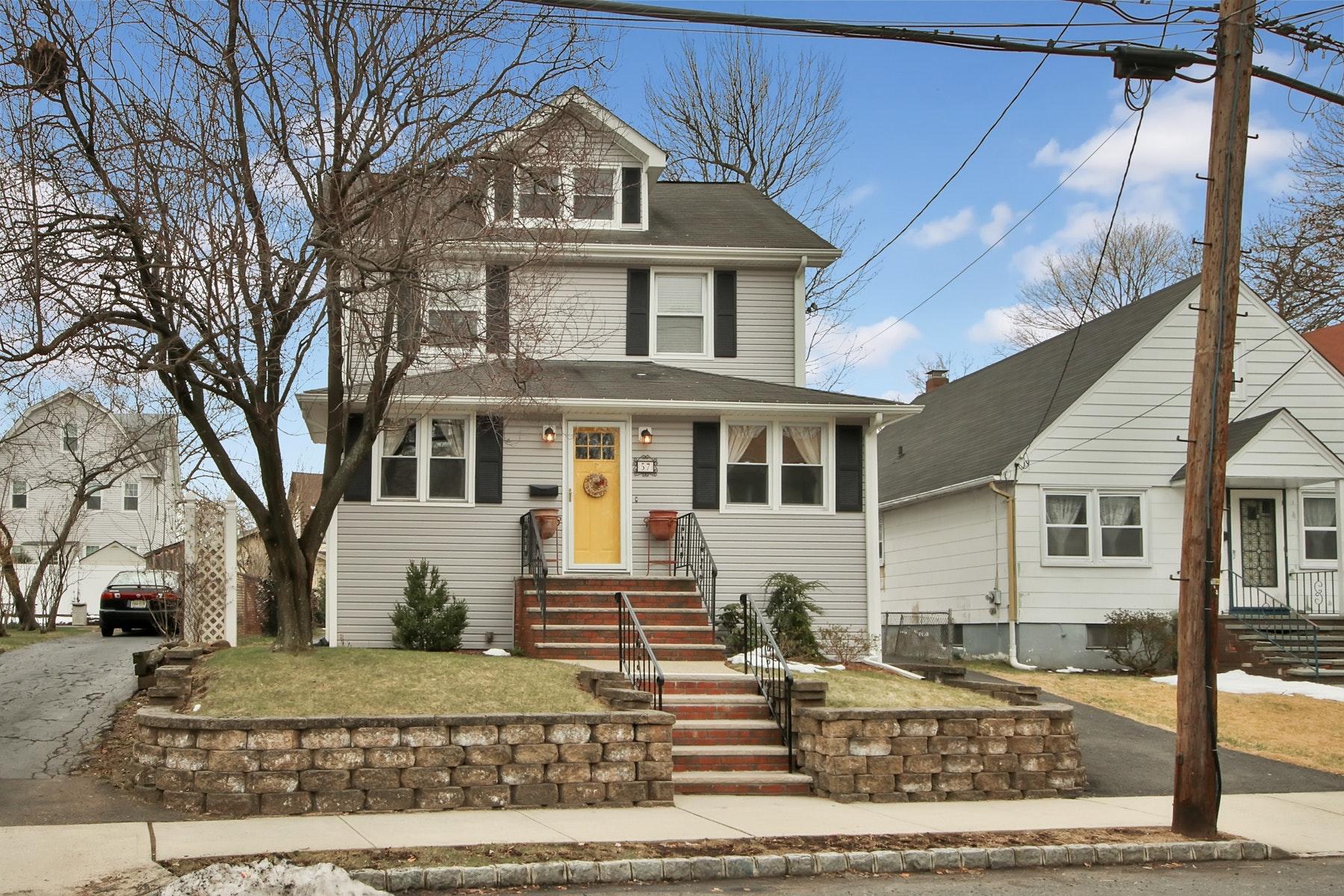 Maison unifamiliale pour l Vente à A Commuter's Delight 57 Sunnyside Avenue, Dumont, New Jersey 07628 États-Unis