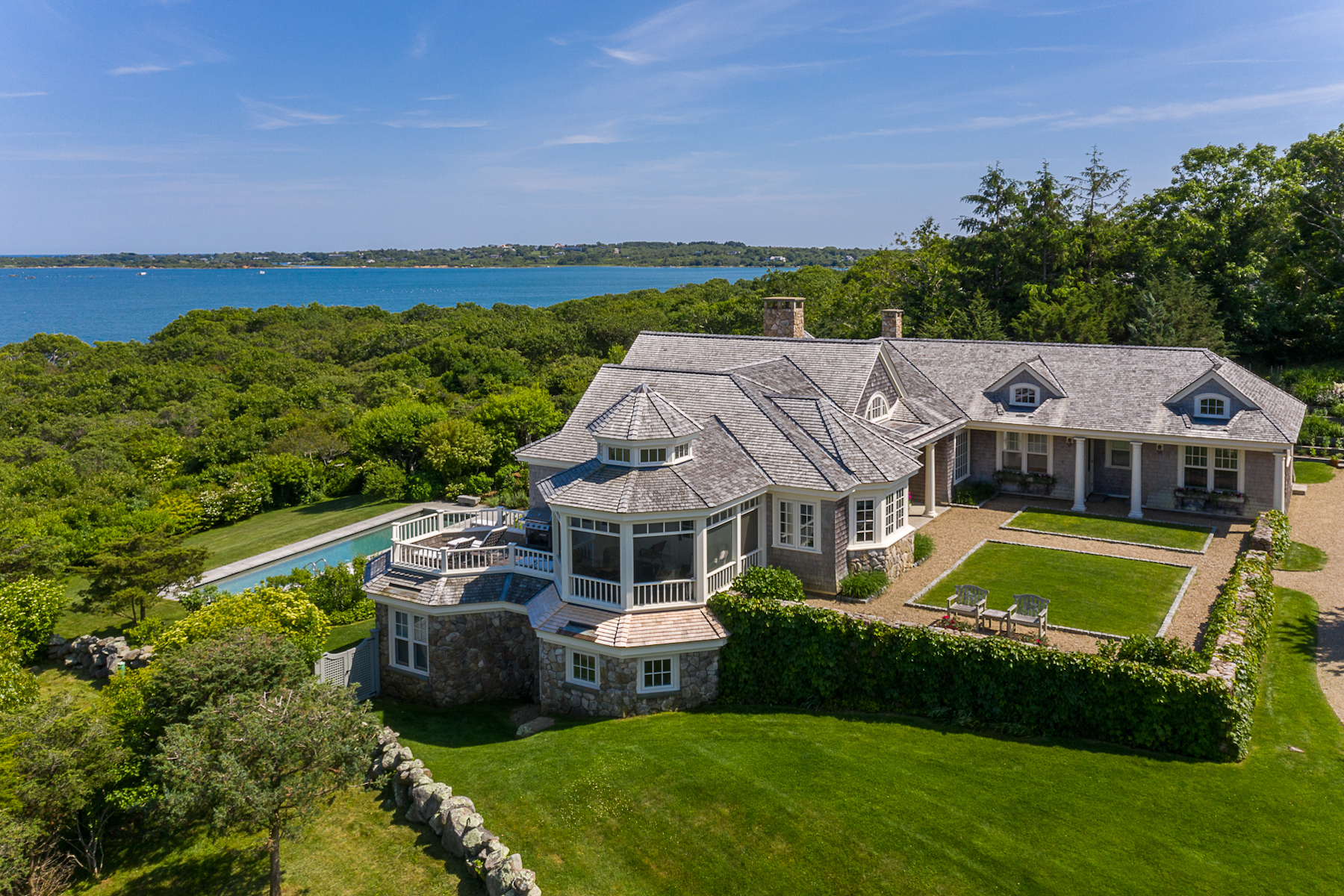 Single Family Homes pour l Vente à Waterfront home with panoramic waterviews in Aquinnah 7 Clay Pit Lane Aquinnah, Massachusetts 02535 États-Unis