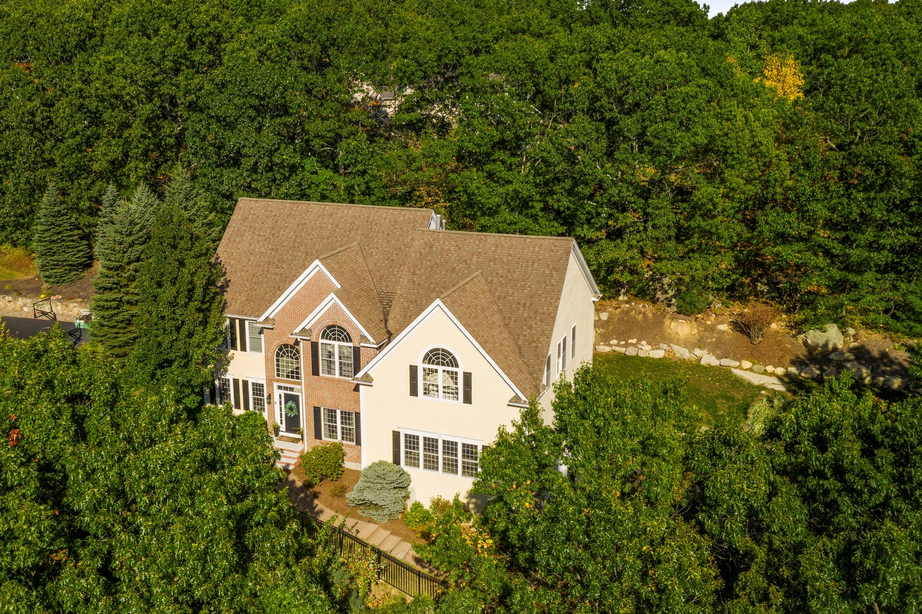 Single Family Homes 용 매매 에 Beautifully Sited Colonial 4 Tammer Lane, Hopkinton, 매사추세츠 01748 미국