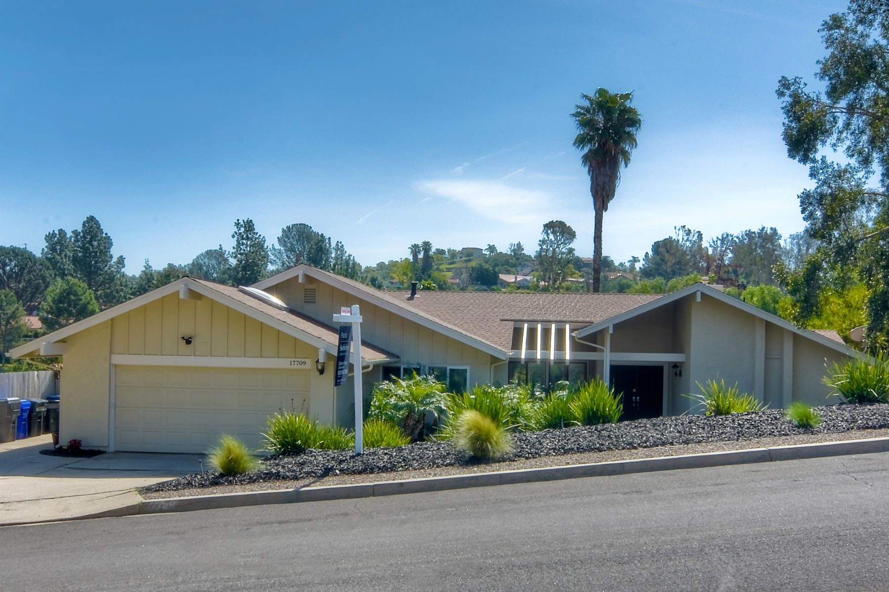 Single Family Homes for Sale at Single and Stunning! 17709 Saint Andrews Drive Poway, California 92064 United States
