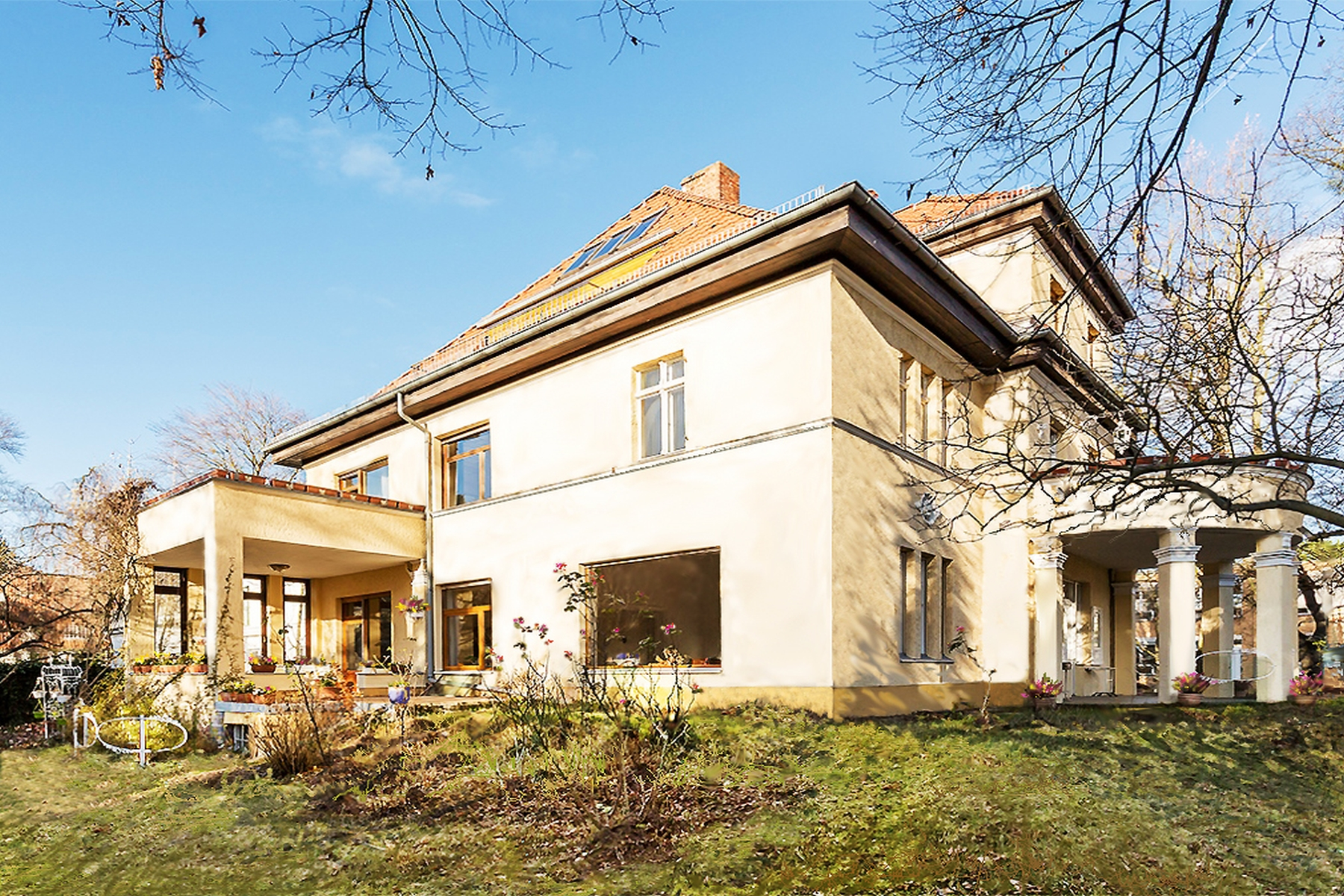 Single Family Home for Sale at Gorgeous country villa in the best location of Berlin! Berlin, Berlin, 14195 Germany