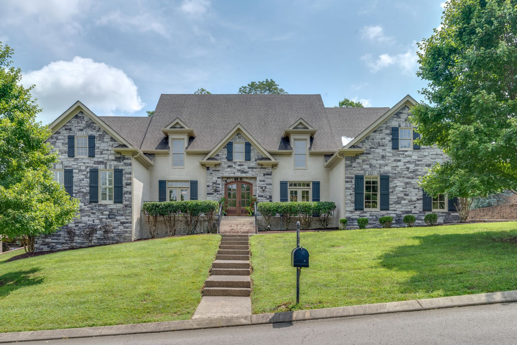 Single Family Homes pour l Vente à Turnkey and Timeless Estate Home 412 Sandcastle Road, Franklin, Tennessee 37069 États-Unis