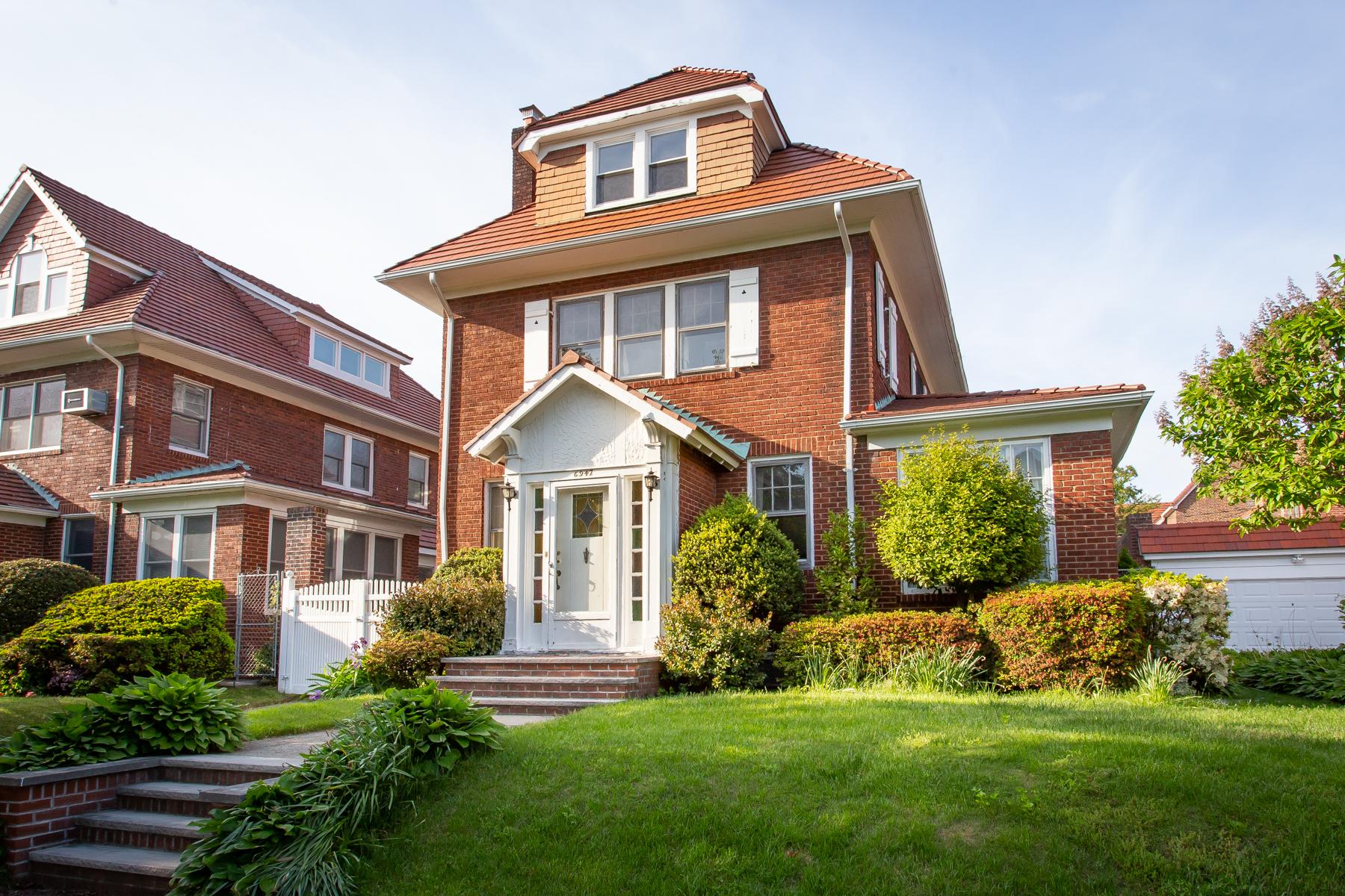 """Single Family Homes 為 出售 在 """"SPECTACULAR SUNLIT HOUSE"""" 69-47 Exeter Street,, Forest Hills, 纽约 11375 美國"""