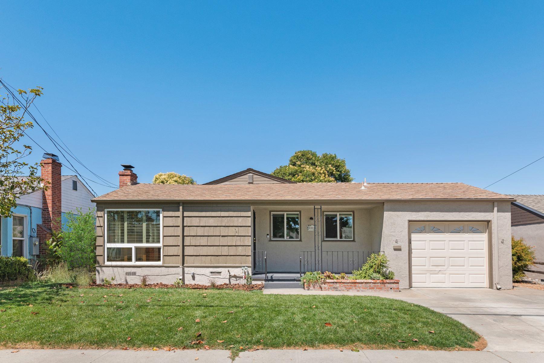 Single Family Homes 为 销售 在 Sophisticated Love Nest 2252 Farley Street 卡斯特罗谷, 加利福尼亚州 94546 美国
