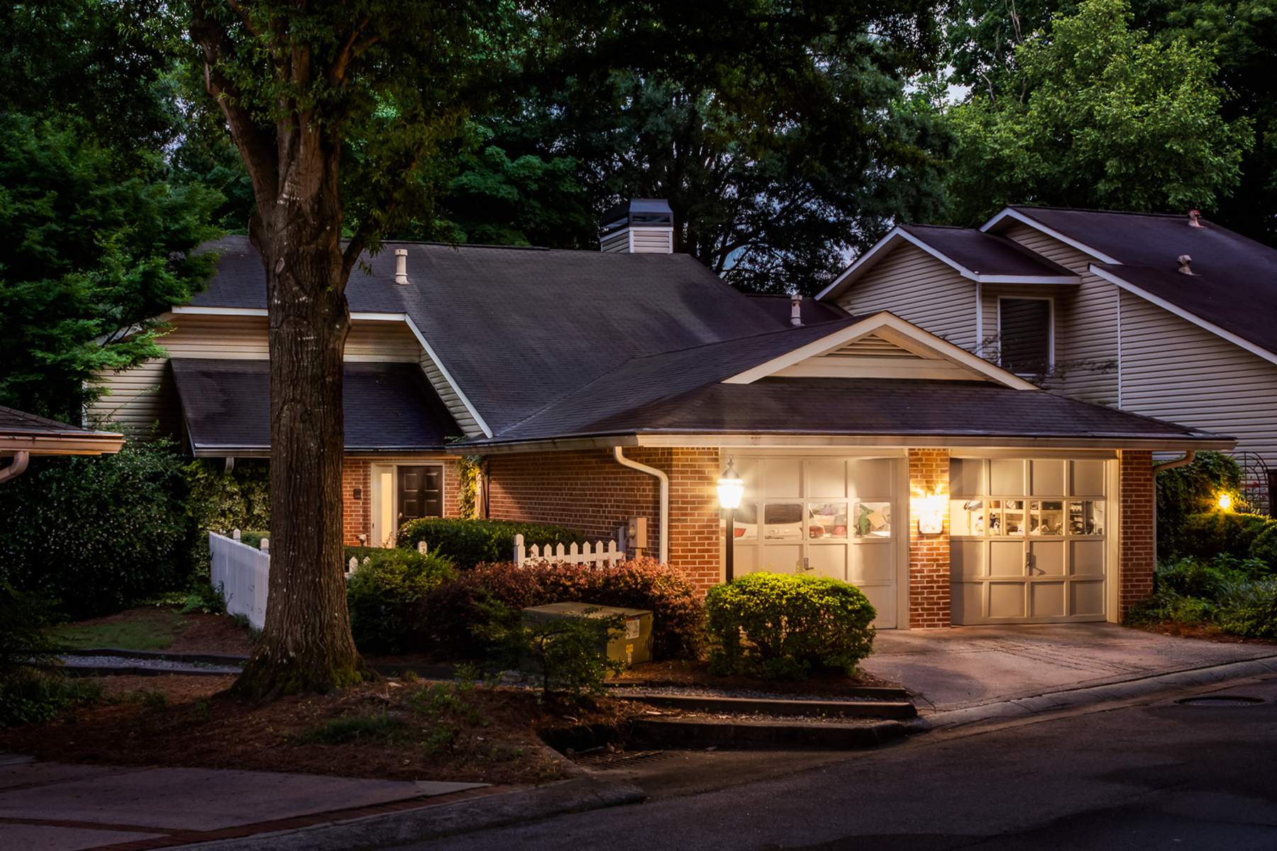 Condominio per Vendita alle ore Lakefront Stunner 40 Waterford Ct Sandy Springs, Georgia 30328 Stati Uniti