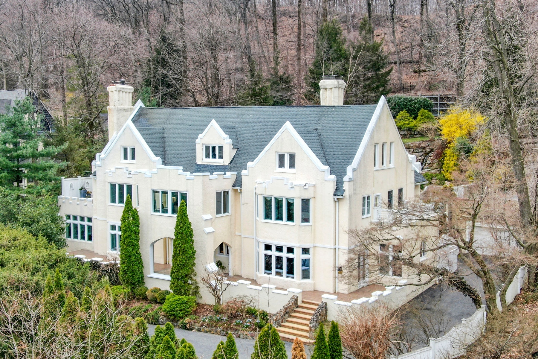 Maison unifamiliale pour l Vente à Resort Living with Skyline Views 60 Lloyd Road, Montclair, New Jersey 07042 États-Unis