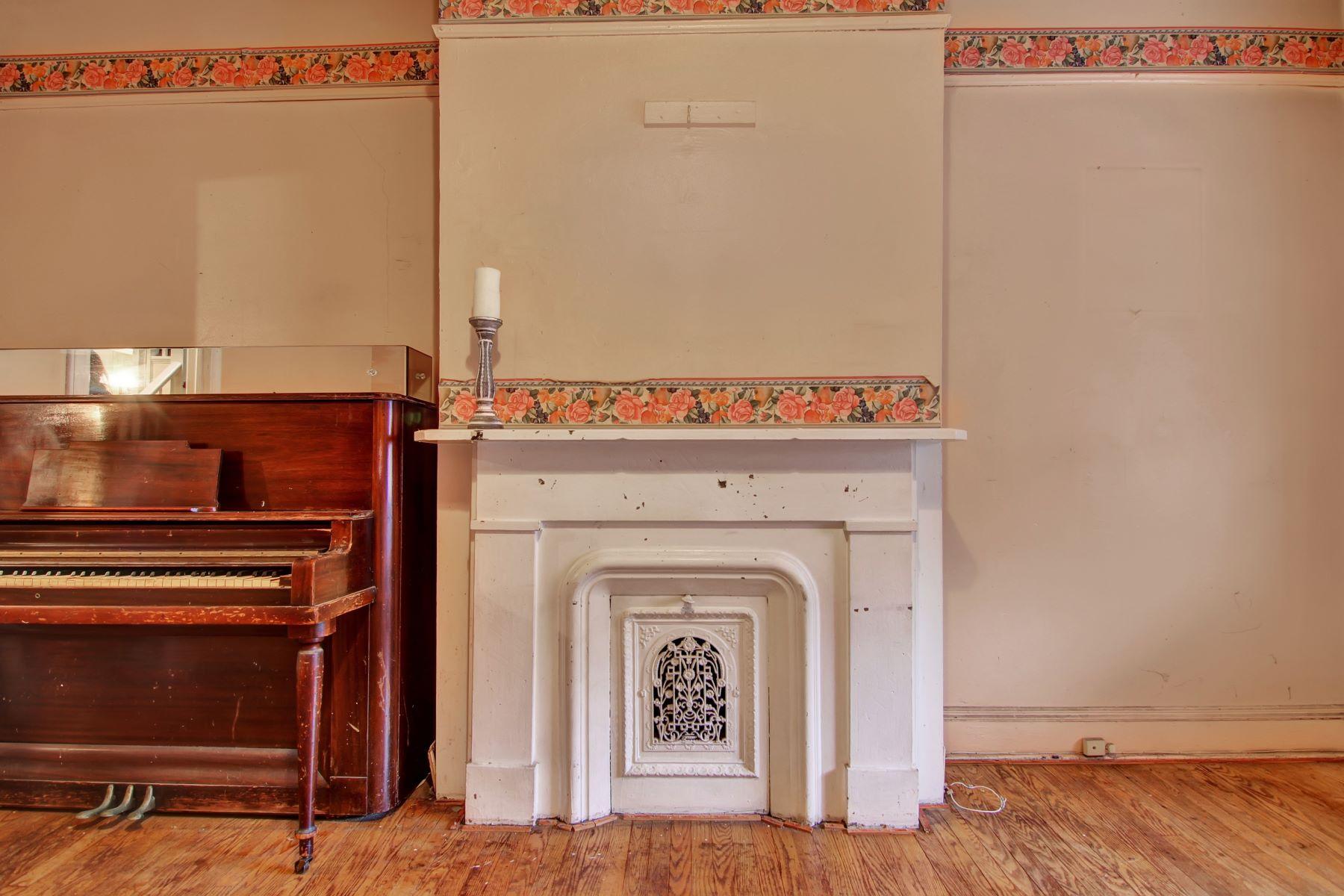 独户住宅 为 销售 在 WITH SOME FRESH PAINT & SOME FLOOR POLISH THIS HOME CAN BE TRANSFORMED 62 Astor Place 泽西城, 新泽西州 07304 美国