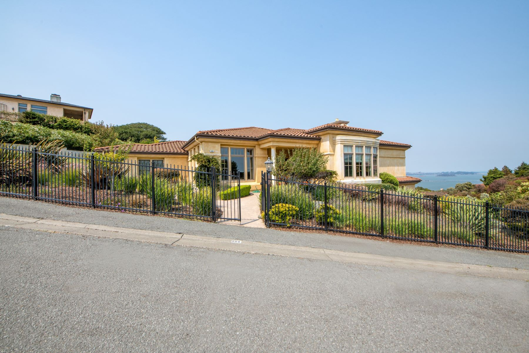 Single Family Homes pour l Vente à Timeless Quintessential Mediterranean 208 Taylor Road, Tiburon, Californie 94920 États-Unis