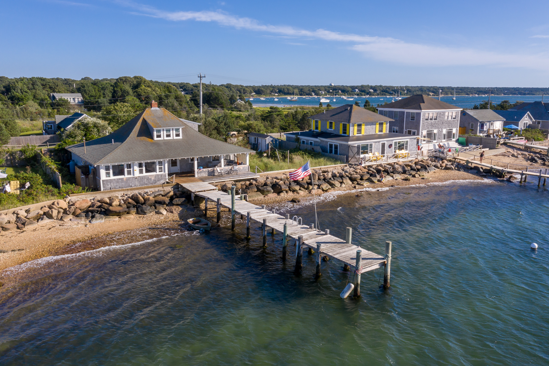Single Family Homes 용 매매 에 Waterfront cottage with deep water dock 33 Beach Road, Oak Bluffs, 매사추세츠 02557 미국