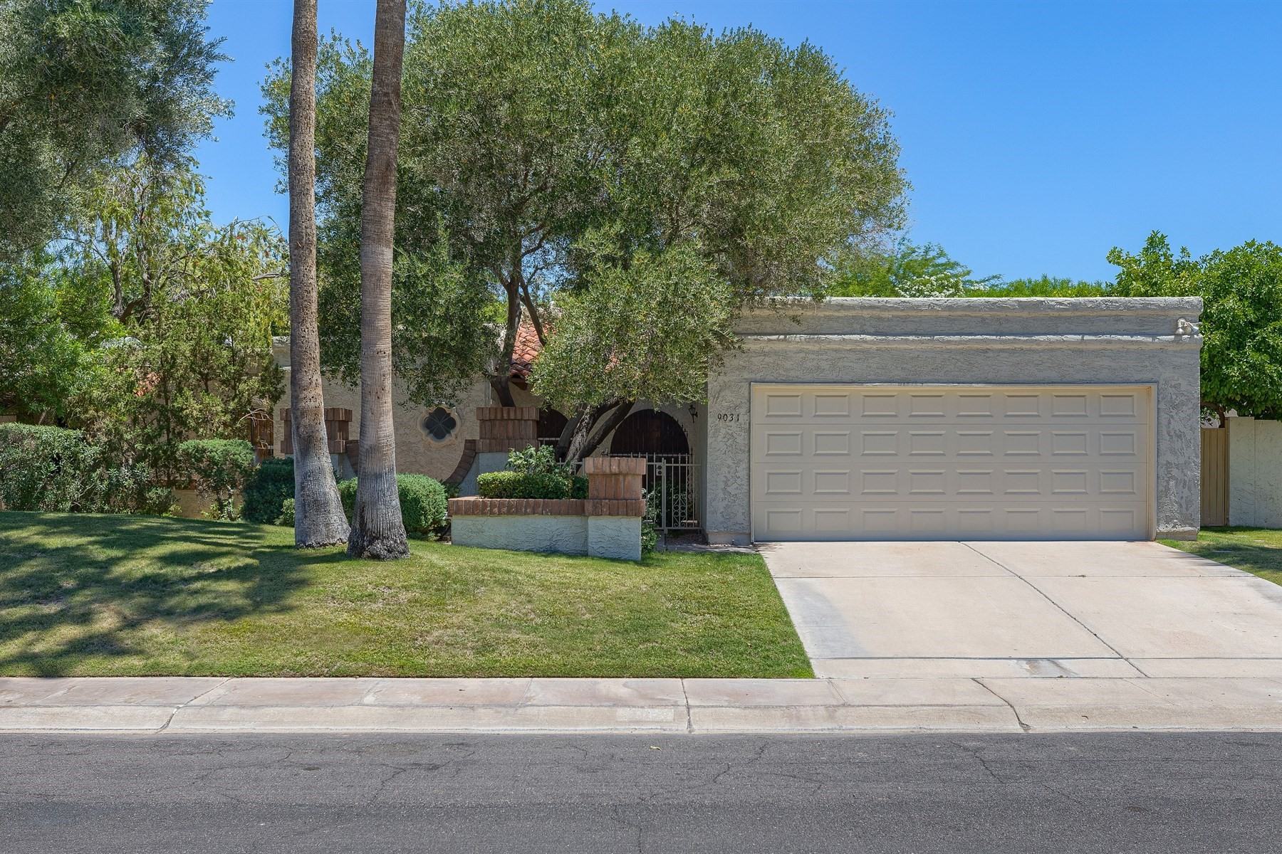 独户住宅 为 销售 在 Lovely private and popular neighborhood in Scottsdale 9031 N 87th Way 斯科茨代尔, 亚利桑那州, 85258 美国
