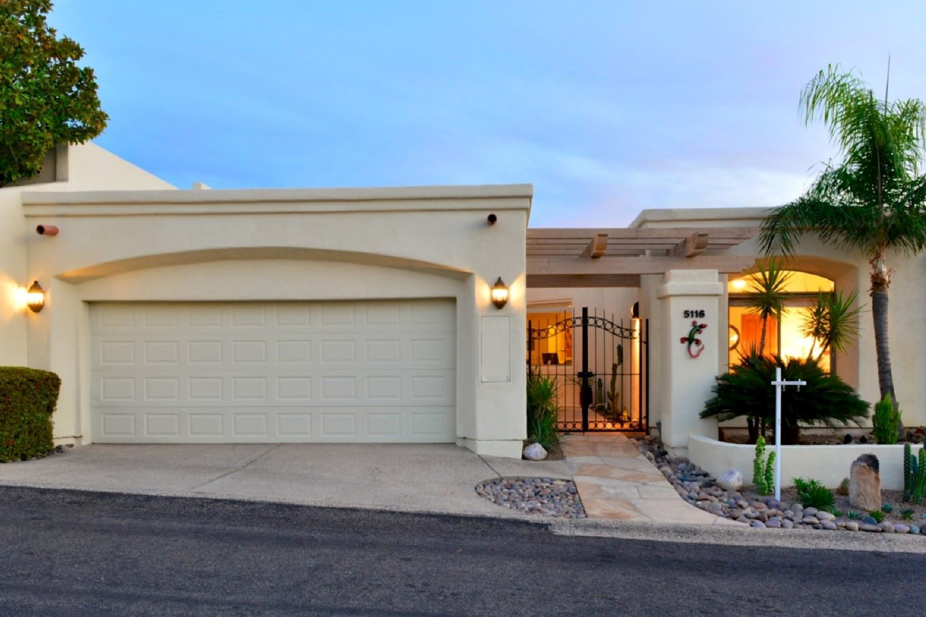 Townhouse for Sale at Nestled in Skyline Country Club Estates 5116 E Calle Brillante, Tucson, Arizona, 85718 United States