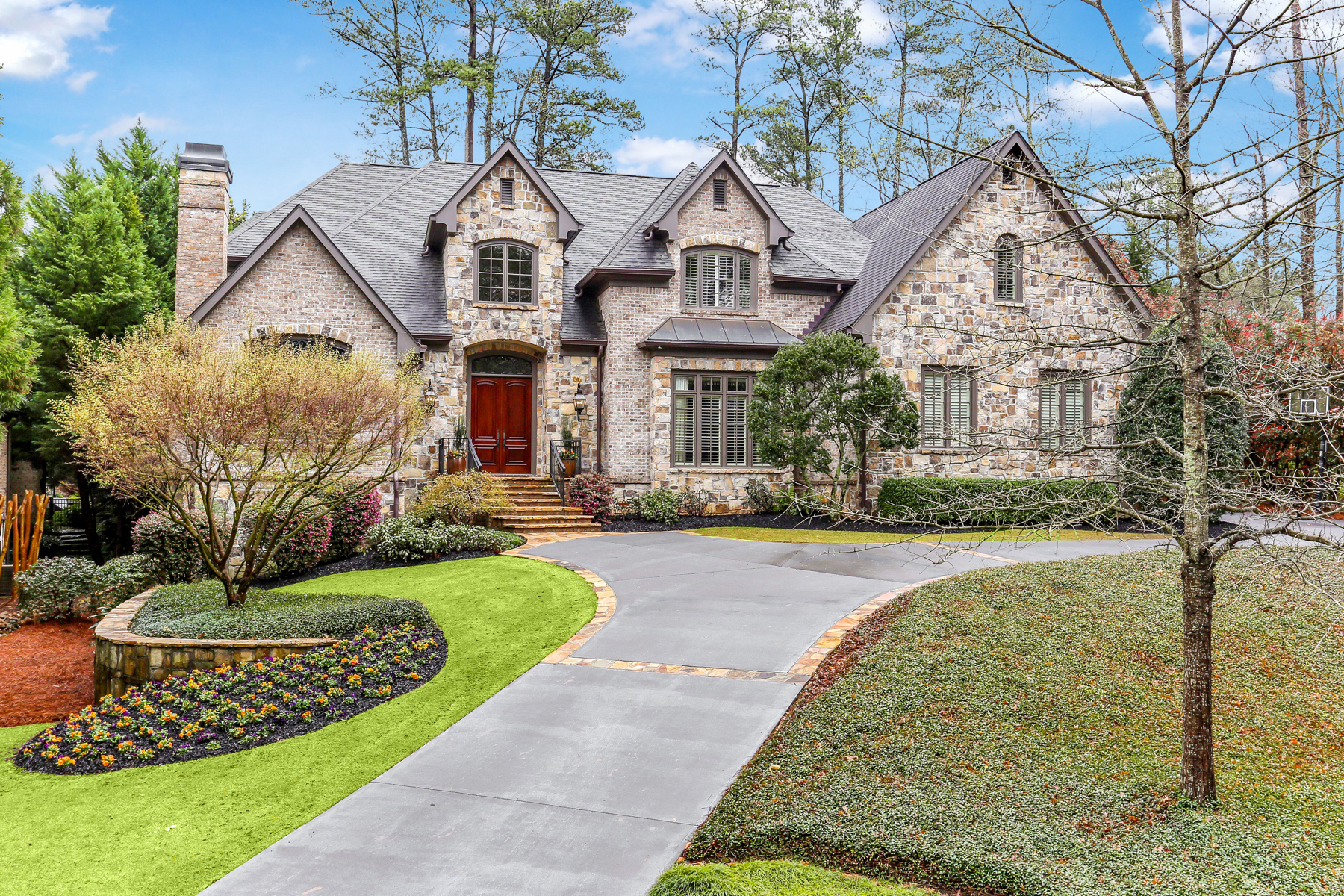 Single Family Homes 용 매매 에 Beautiful Brookhaven Home with Incredible Curb Appeal and Cul-de-sac Location 2863 Mabry Lane NE, Brookhaven, 조지아 30319 미국