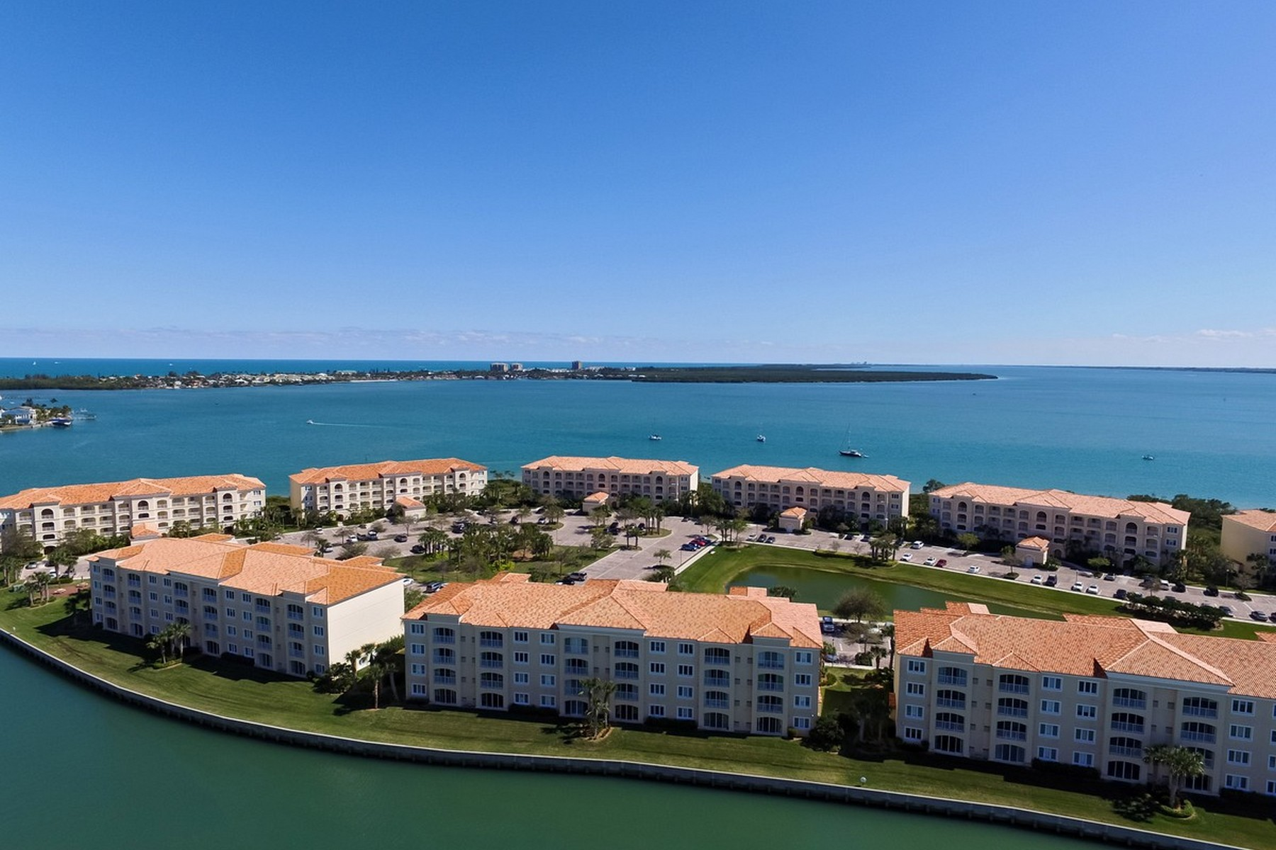 Additional photo for property listing at Beautiful Third Floor Condo with Amazing Water Views 13 Harbor Isle Drive #304 Fort Pierce, Florida 34949 United States